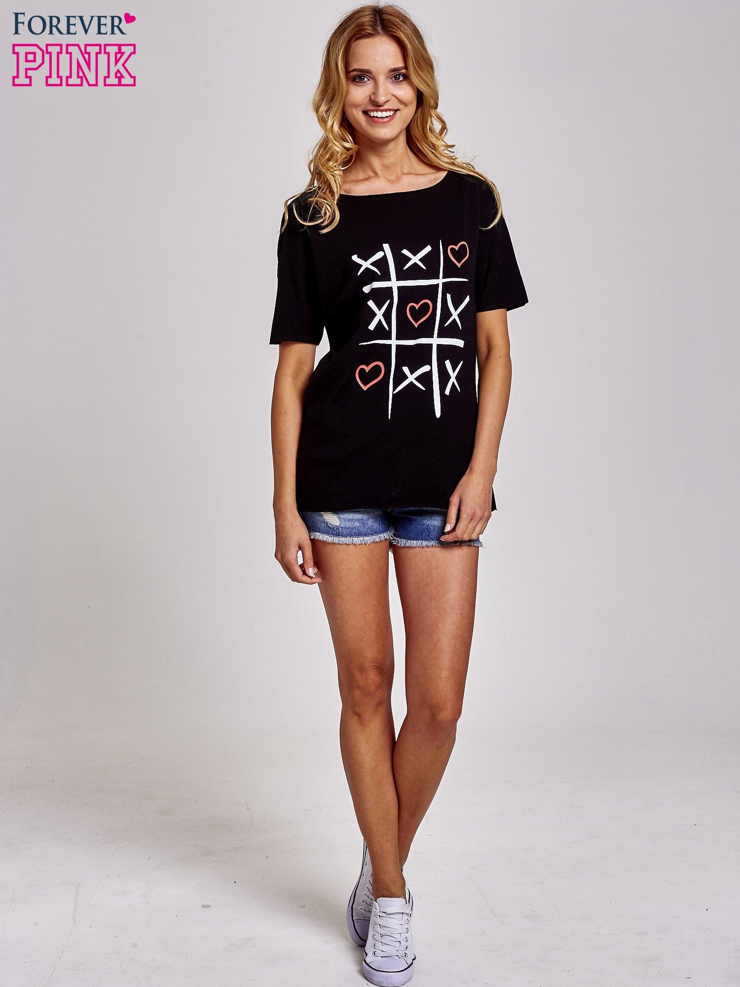 Czarny t-shirt z motywem serce i krzyżyk                                  zdj.                                  2