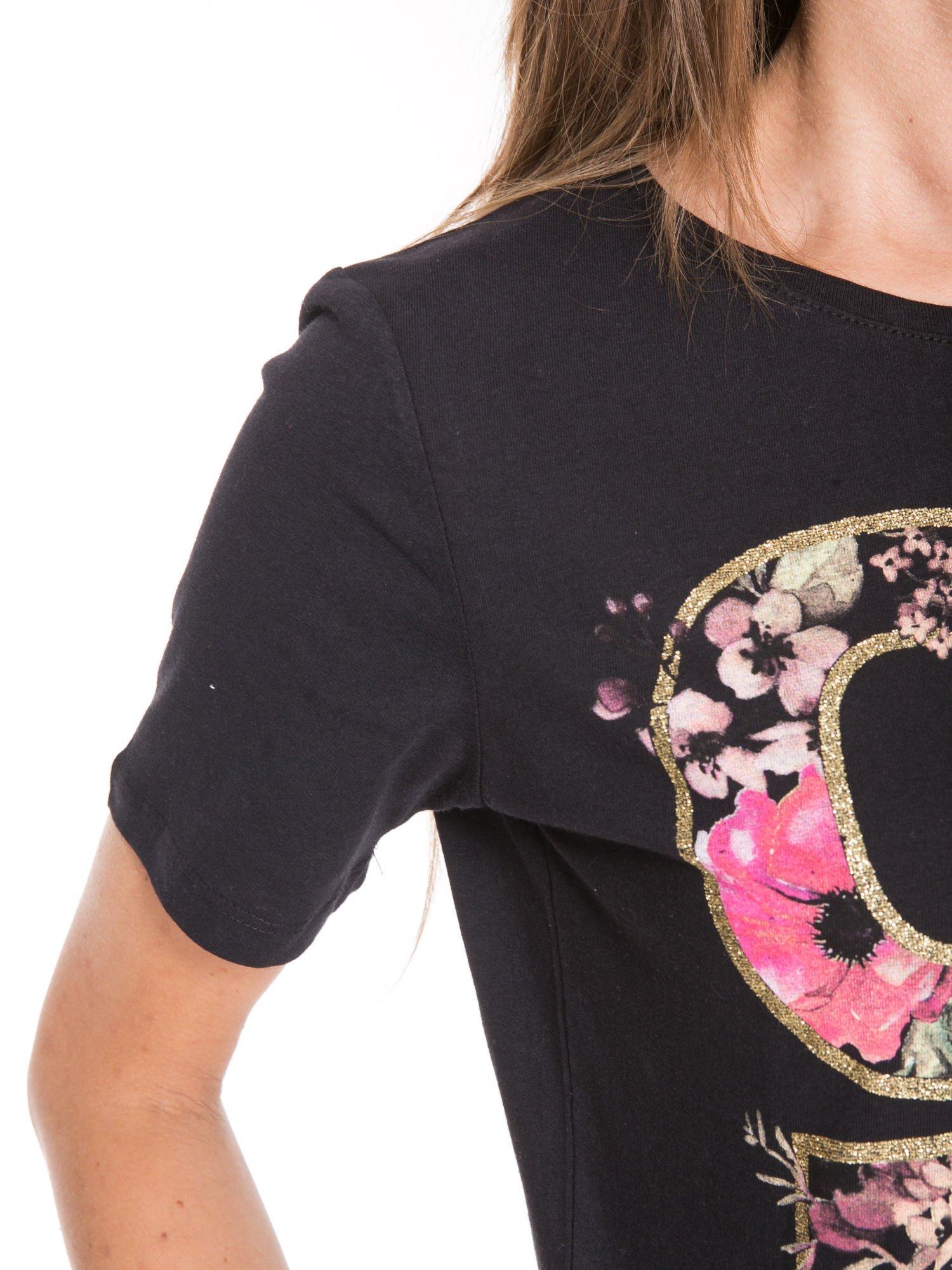 Czarny t-shirt z nadrukiem CUTE i pomponami w stylu etno                                  zdj.                                  7