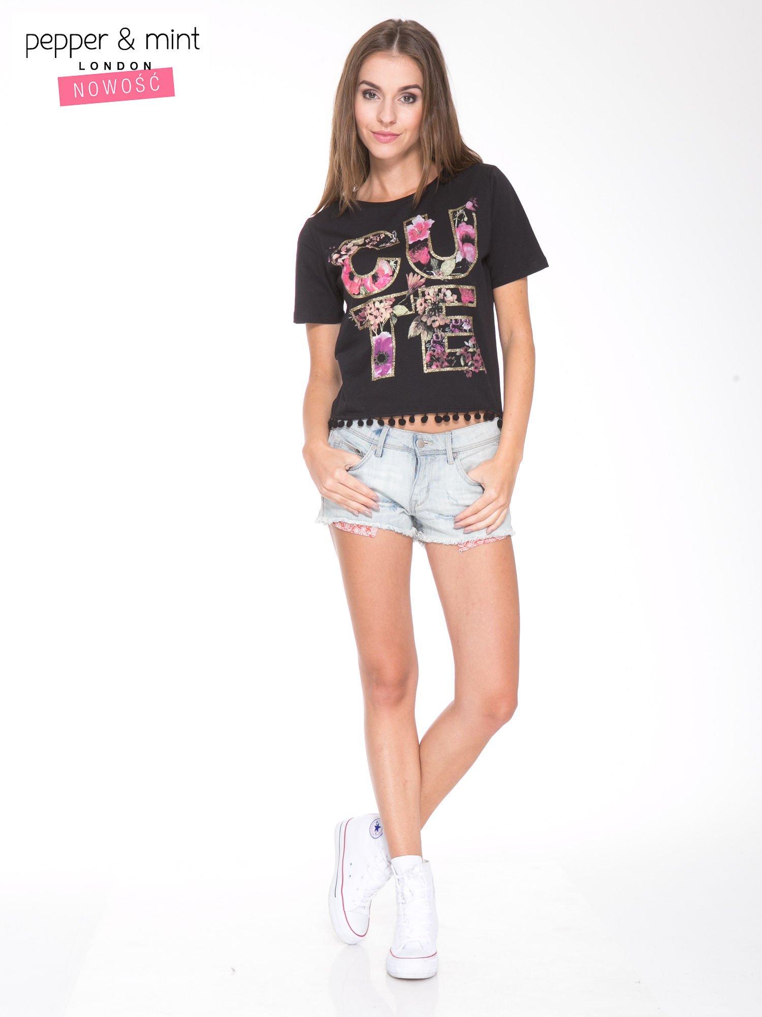 Czarny t-shirt z nadrukiem CUTE i pomponami w stylu etno                                  zdj.                                  5