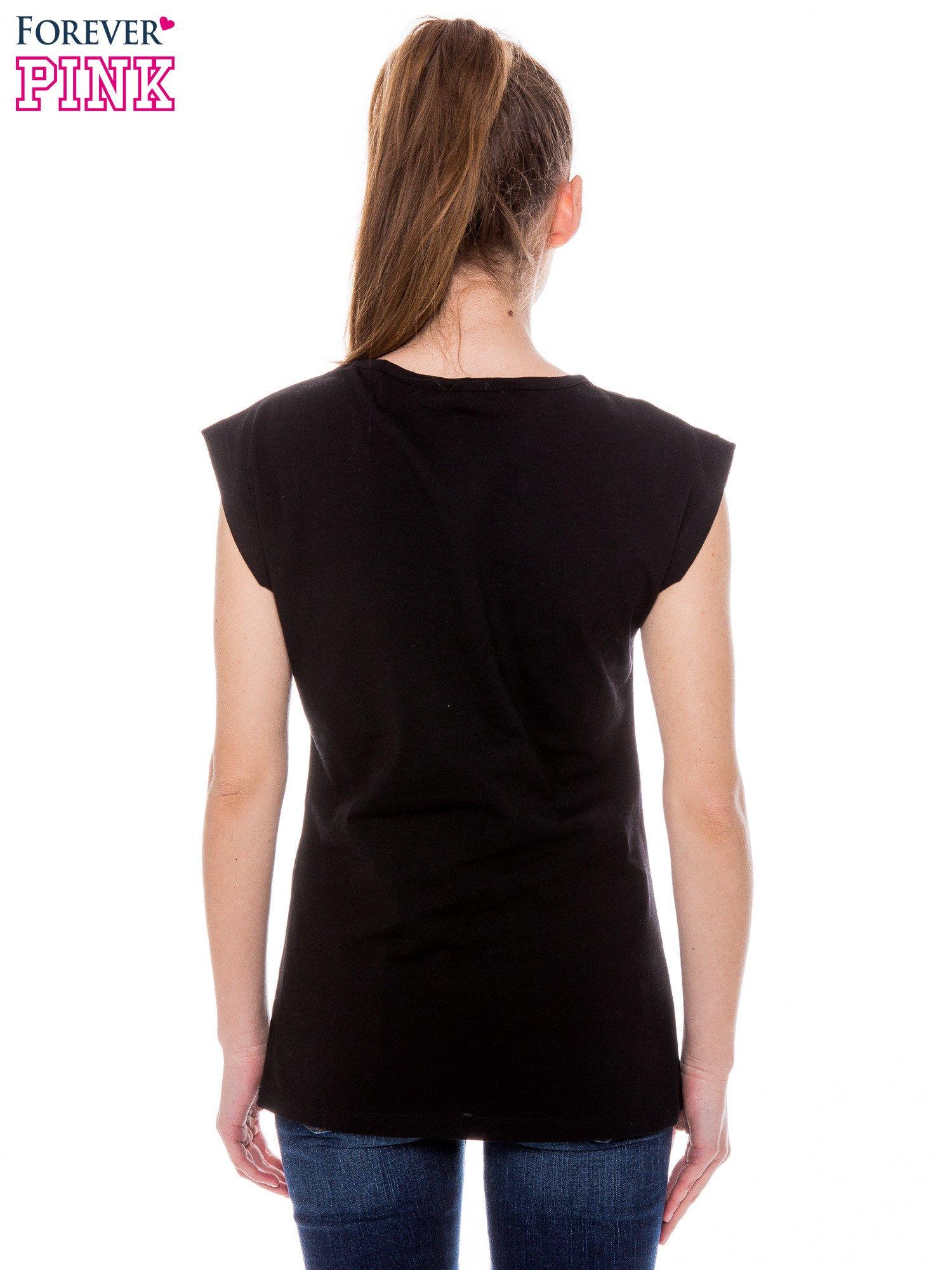 Czarny t-shirt z nadrukiem dziewczyny                                  zdj.                                  3
