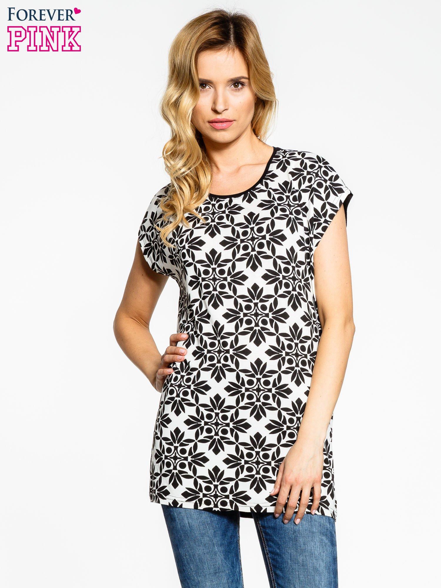 Czarny t-shirt z nadrukiem ornamentów geometrycznych                                  zdj.                                  1