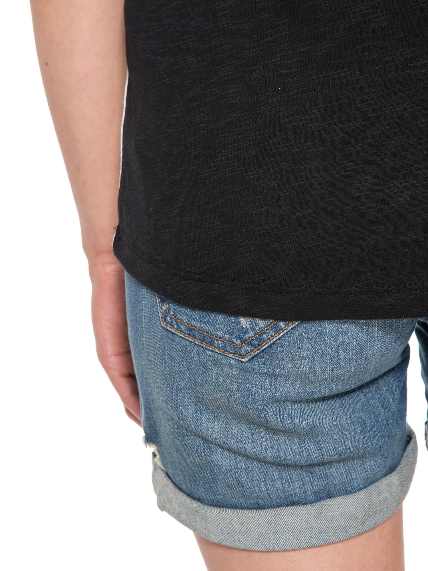 Czarny t-shirt z nadrukiem pejzażu i napisem EXQUISTE z dżetami                                  zdj.                                  8