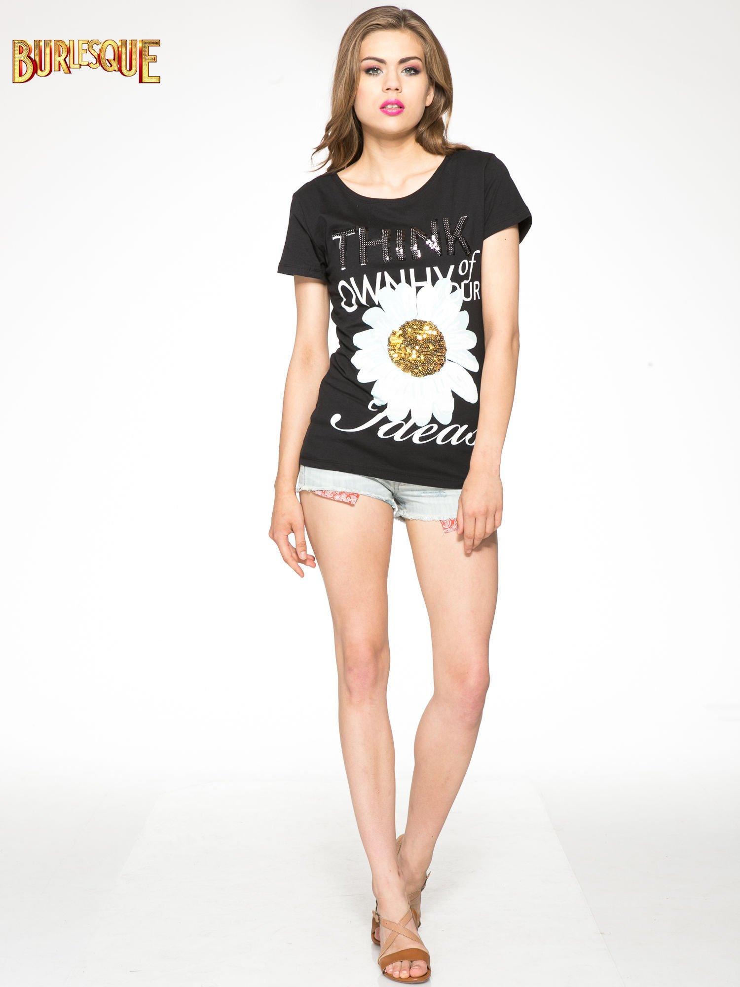 Czarny t-shirt z nadrukiem stokrotki z dżetami                                  zdj.                                  2