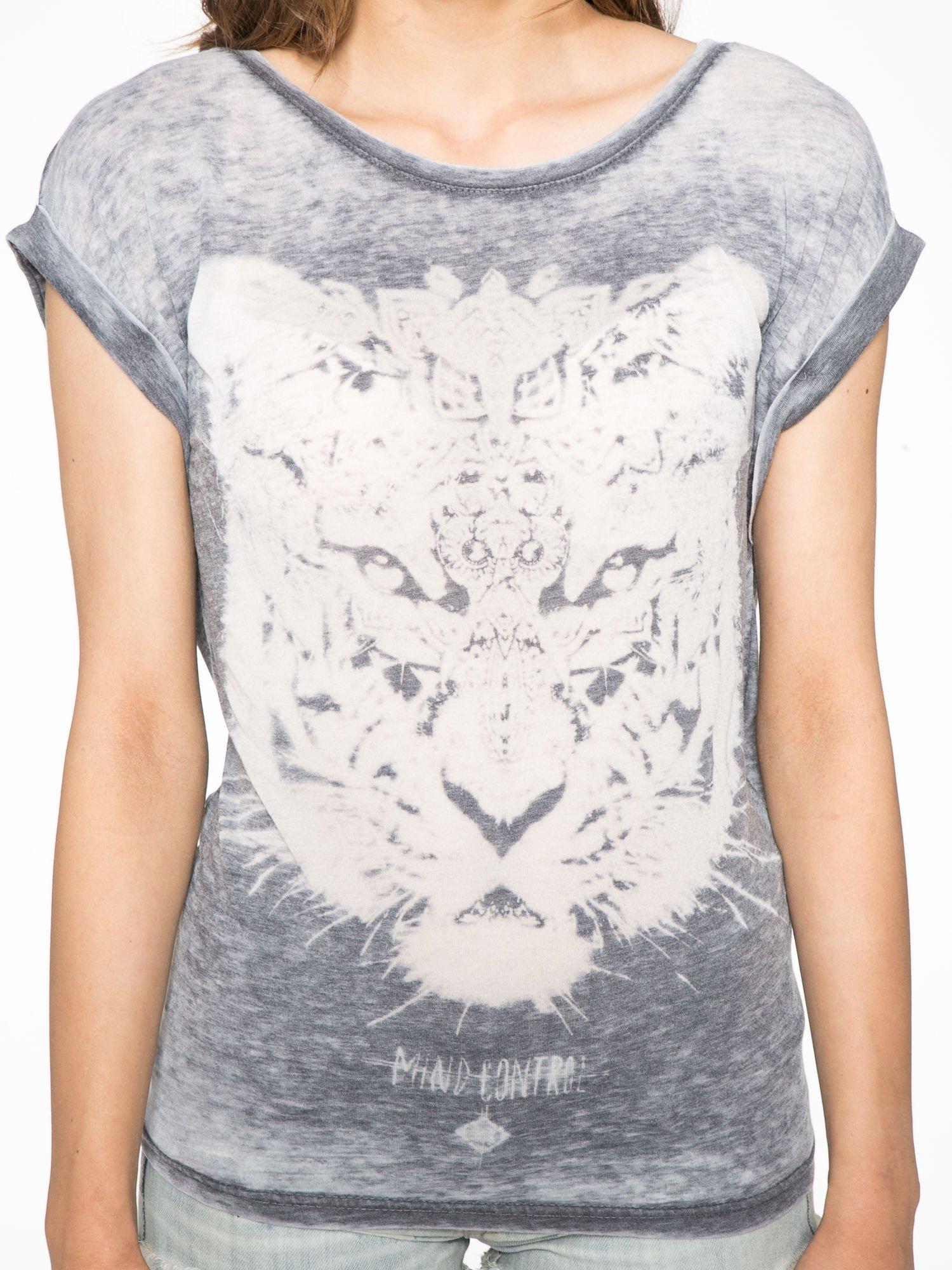 Czarny t-shirt z nadrukiem tygrysa                                  zdj.                                  6