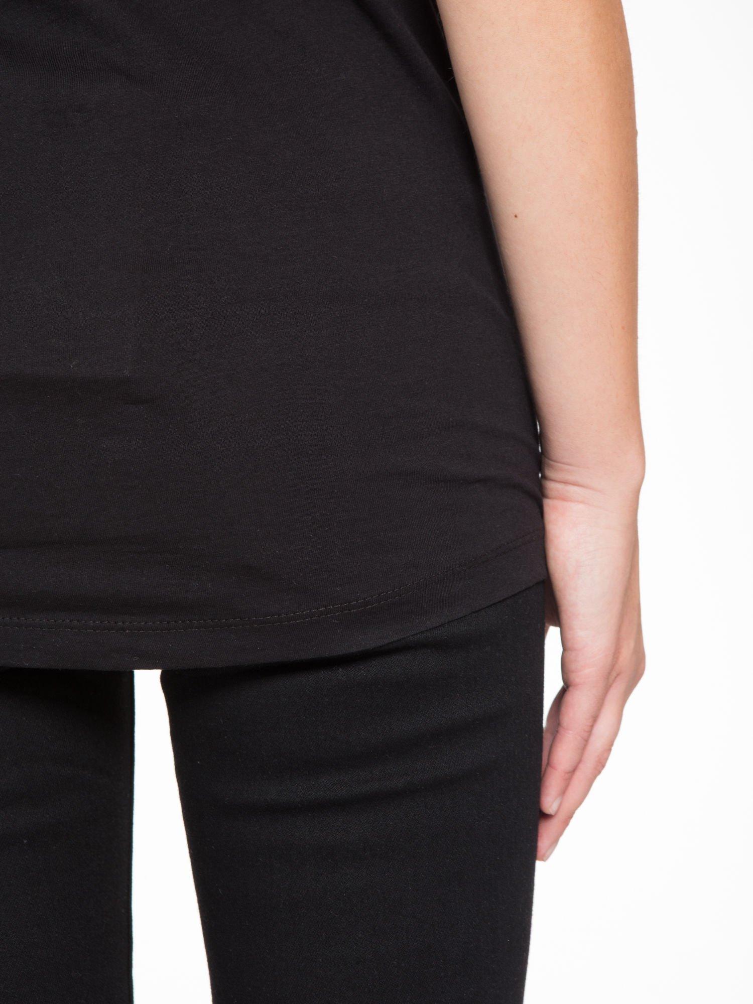 Czarny t-shirt z nadrukiem żyrafy                                  zdj.                                  9