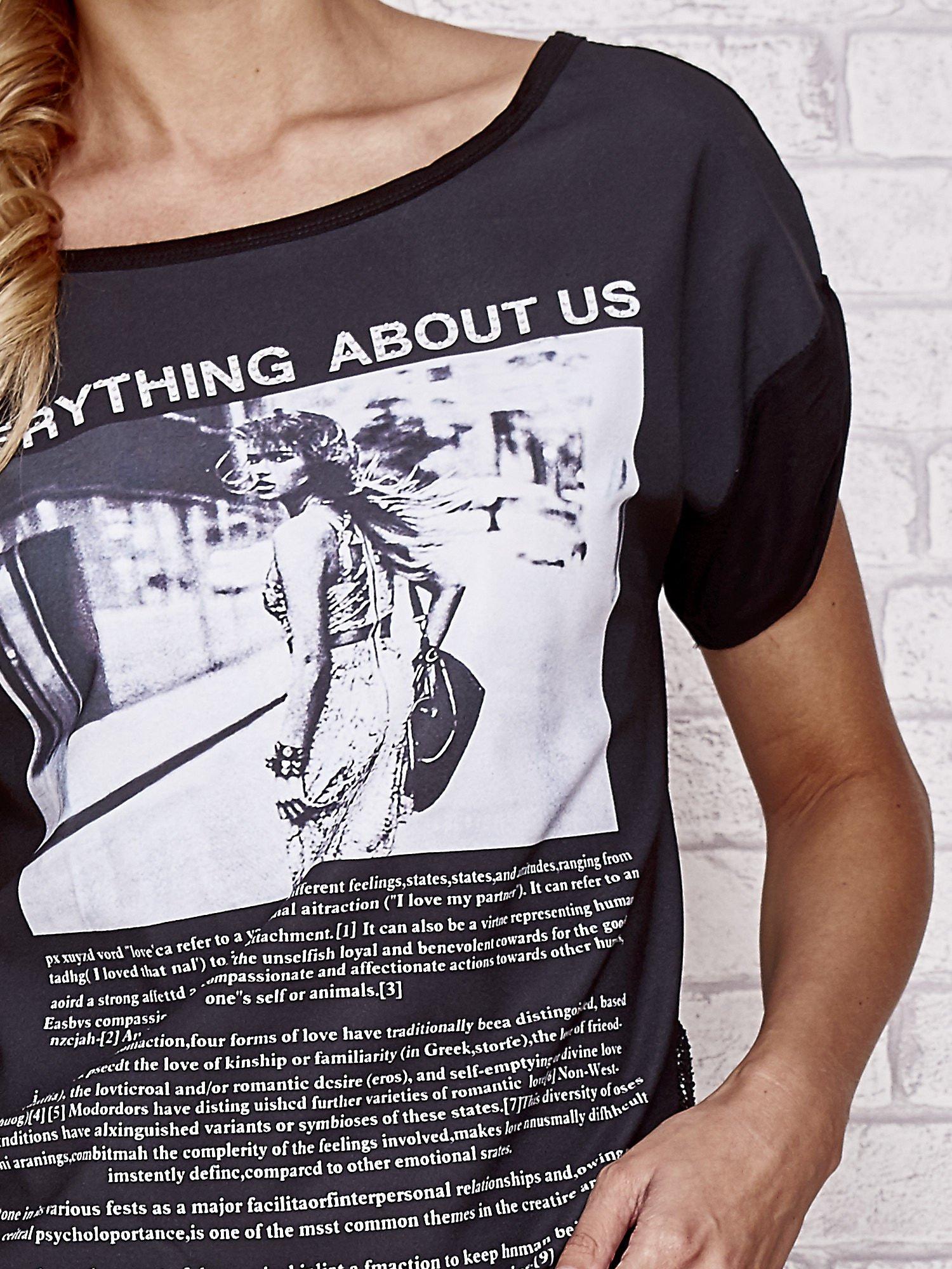 Czarny t-shirt z napisem EVERYTHING ABOUT US i siateczkowym tyłem                                  zdj.                                  5