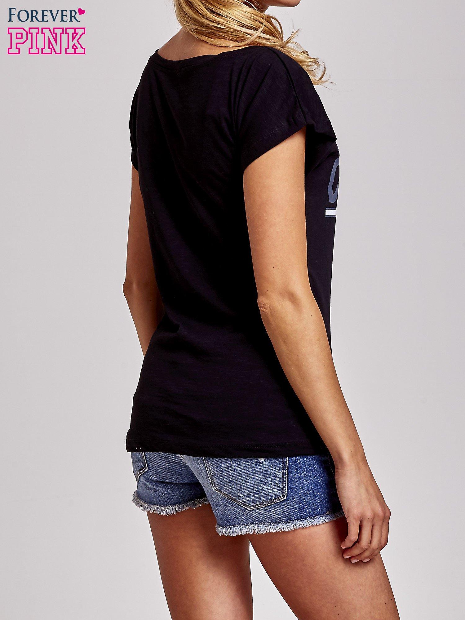 Czarny t-shirt z napisem OUTSIDER                                  zdj.                                  4