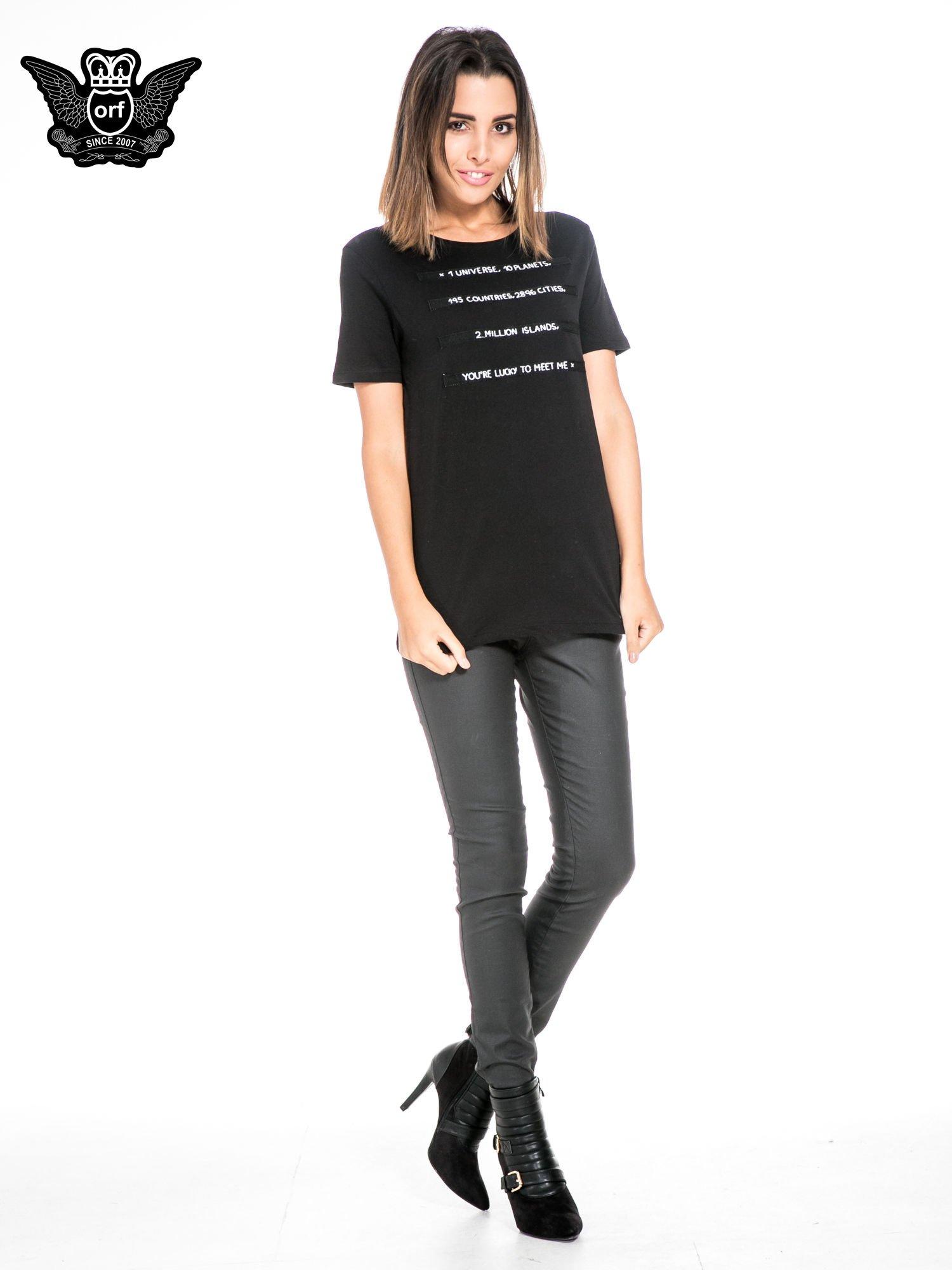 Czarny t-shirt z napisem YOU'RE LUCKY TO MEET ME                                  zdj.                                  2