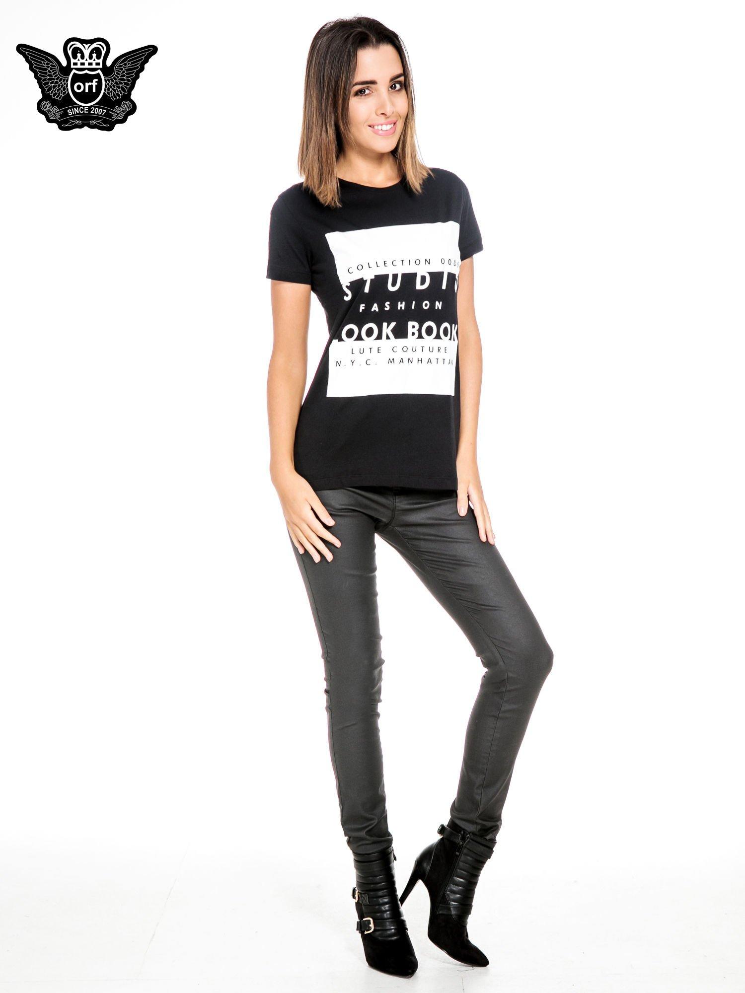 Czarny t-shirt z napisem w stylu fashion                                  zdj.                                  2