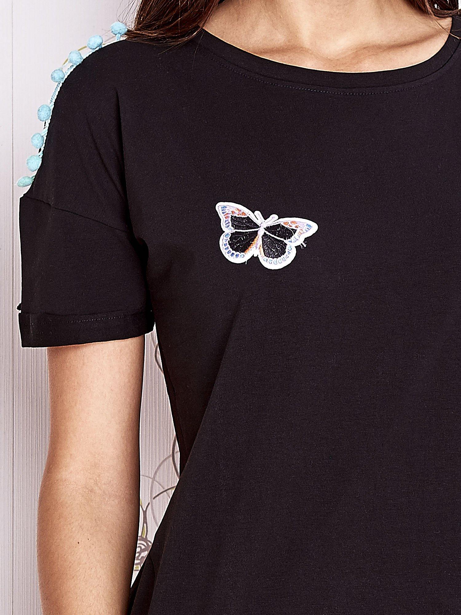 Czarny t-shirt z naszywką motyla i pomponami                                  zdj.                                  5