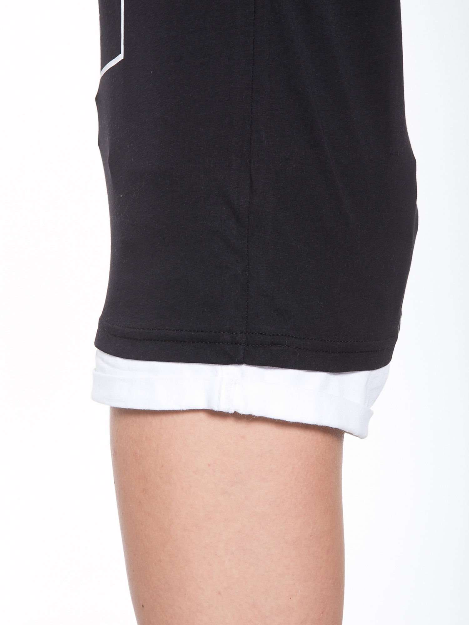 Czarny t-shirt z nazwami stolic mody                                  zdj.                                  7