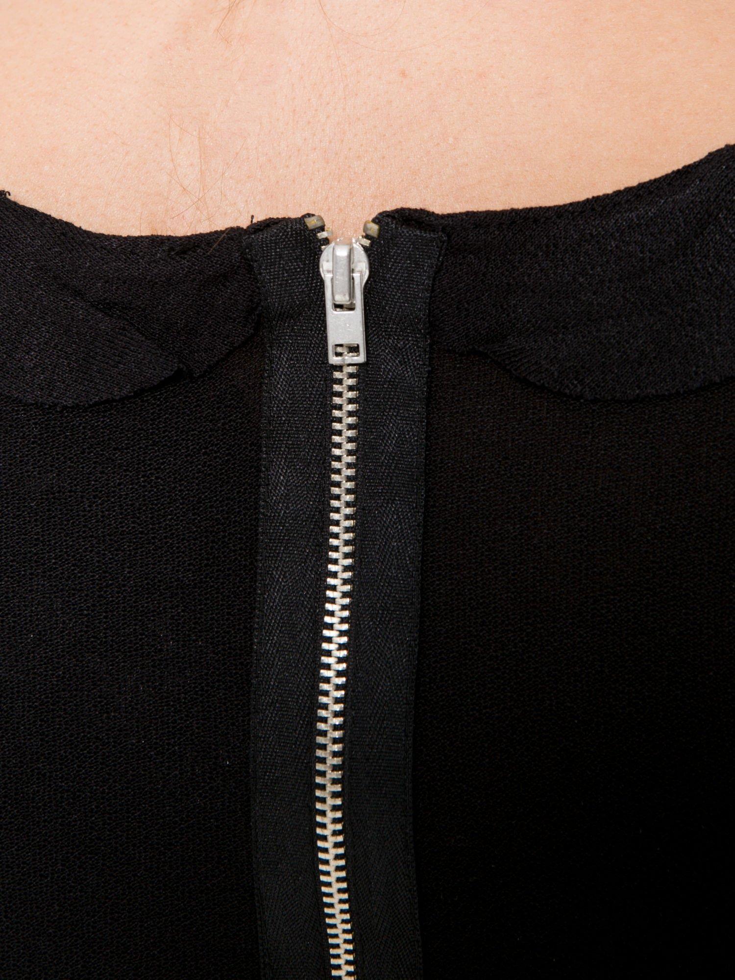 Czarny t-shirt z ozdobnym wykończeniem                                  zdj.                                  9