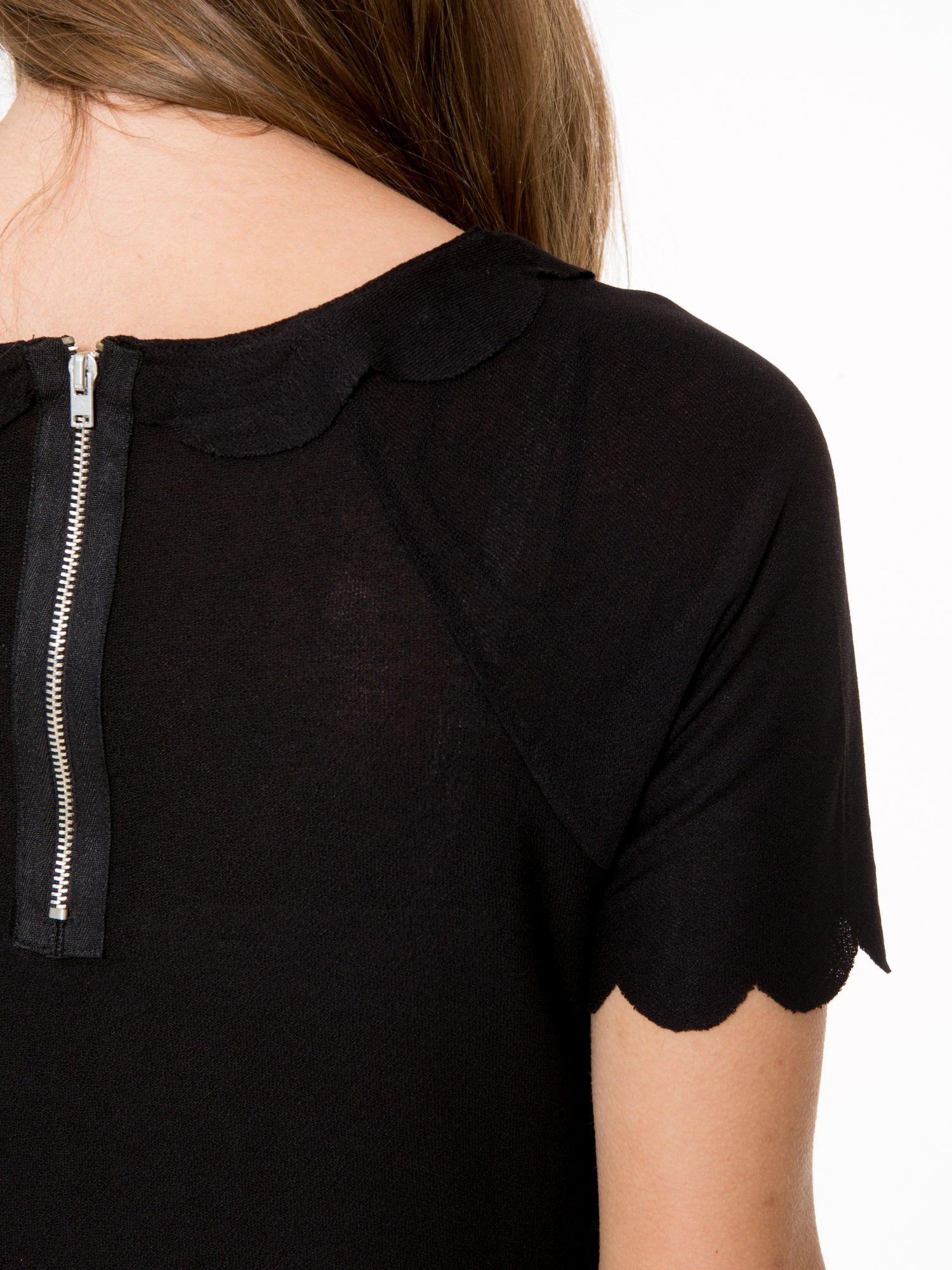 Czarny t-shirt z ozdobnym wykończeniem                                  zdj.                                  8