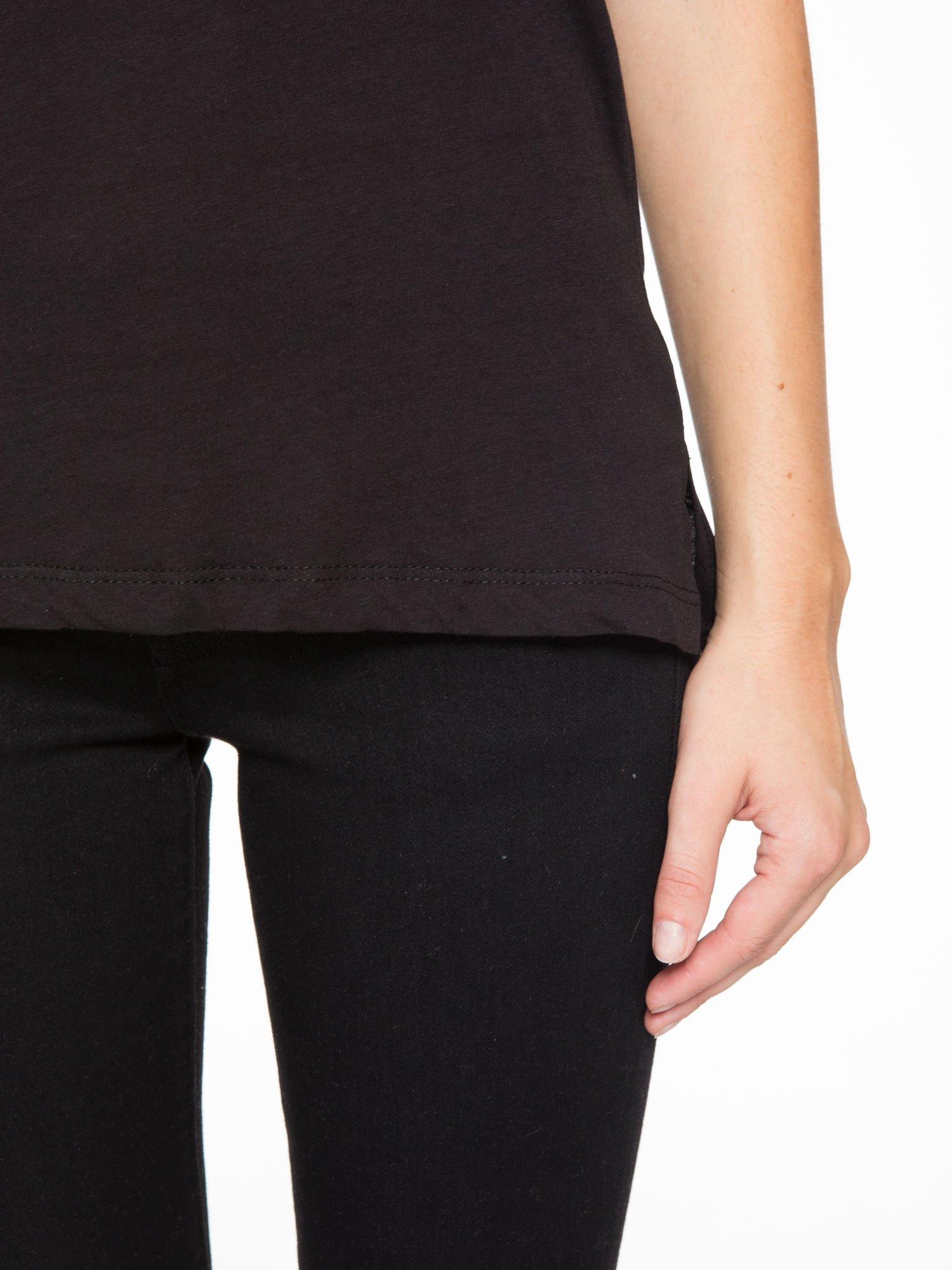 Czarny t-shirt z tiulowo-panterkową wstawką przy ramionach                                  zdj.                                  7