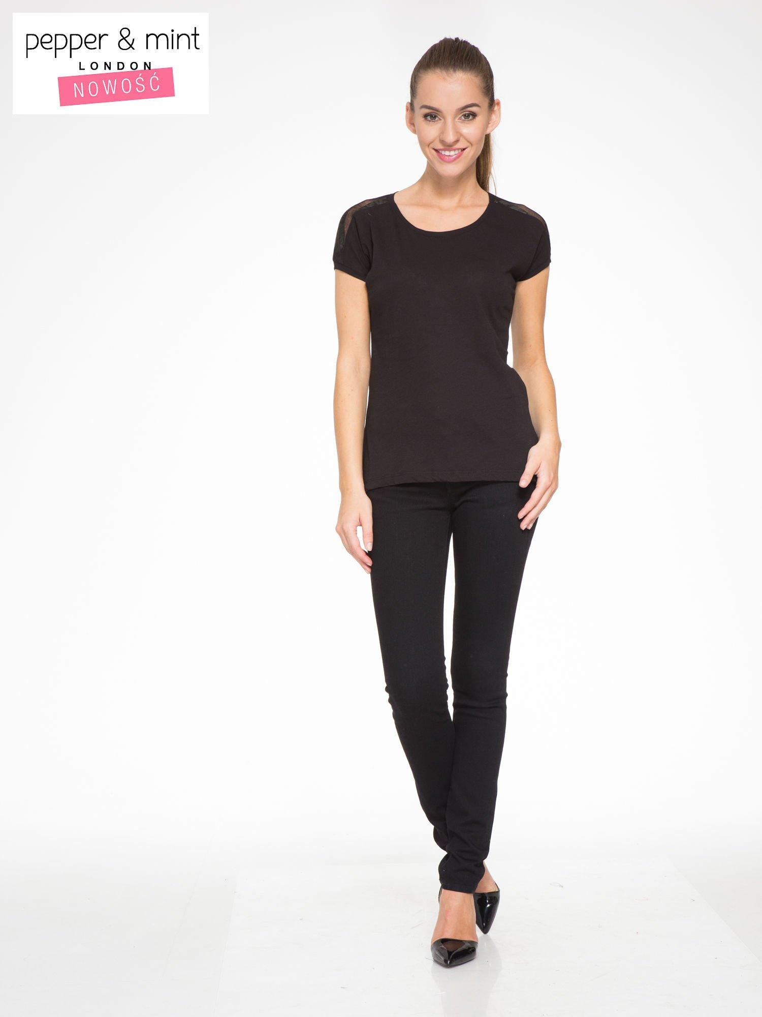 Czarny t-shirt z tiulowo-panterkową wstawką przy ramionach                                  zdj.                                  5
