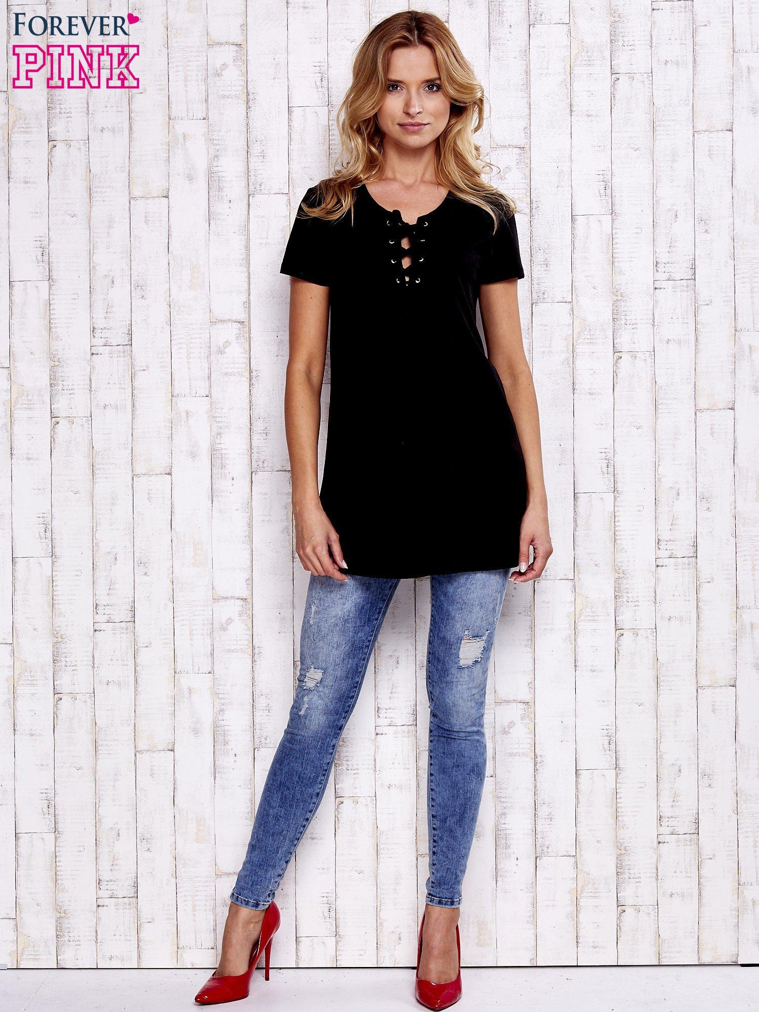 Czarny t-shirt ze sznurowanym dekoltem lace up                                  zdj.                                  2