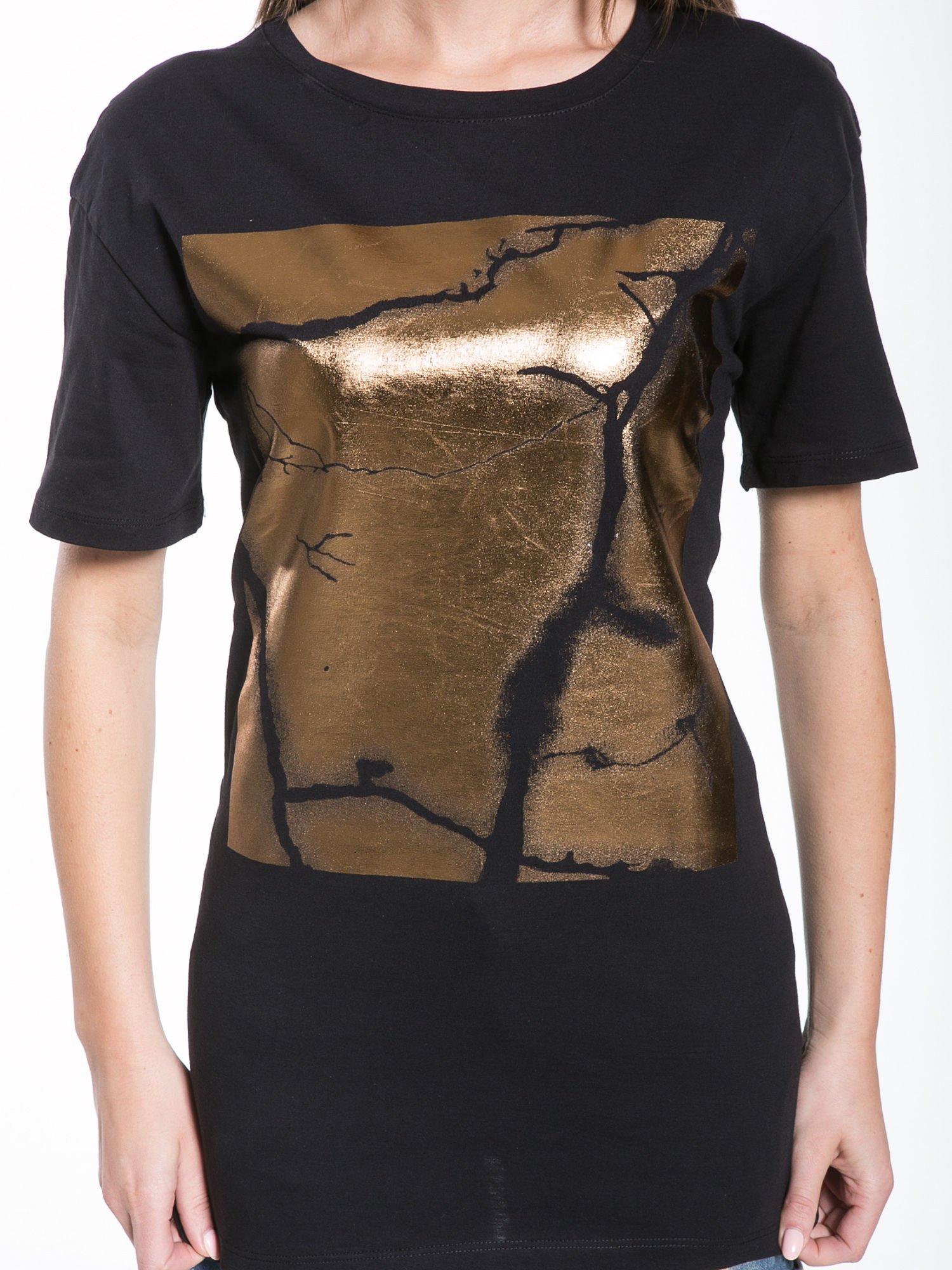 Czarny t-shirt ze złotą grafiką                                  zdj.                                  6