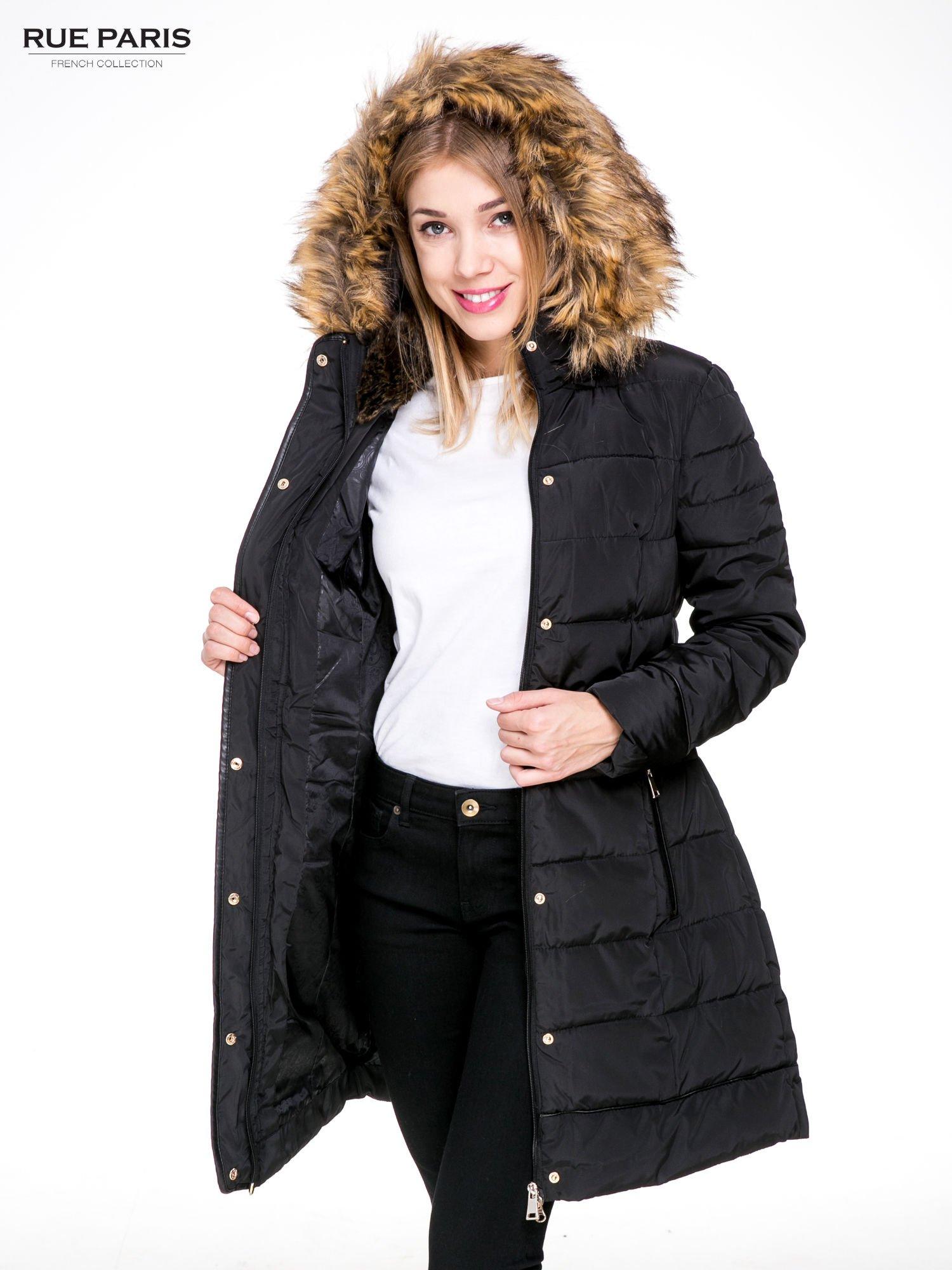 Czarny taliowany płaszcz puchowy z kapturem z futerkiem                                  zdj.                                  5