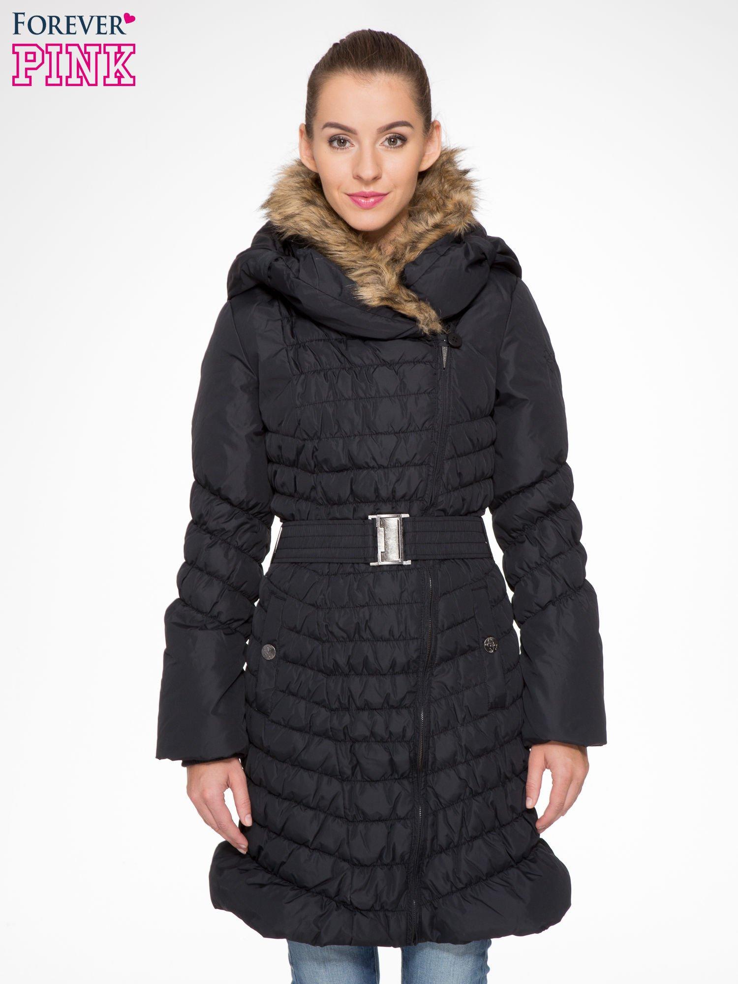 Czarny taliowany puchowy płaszcz z futrzanym kapturo-kołnierzem                                  zdj.                                  1