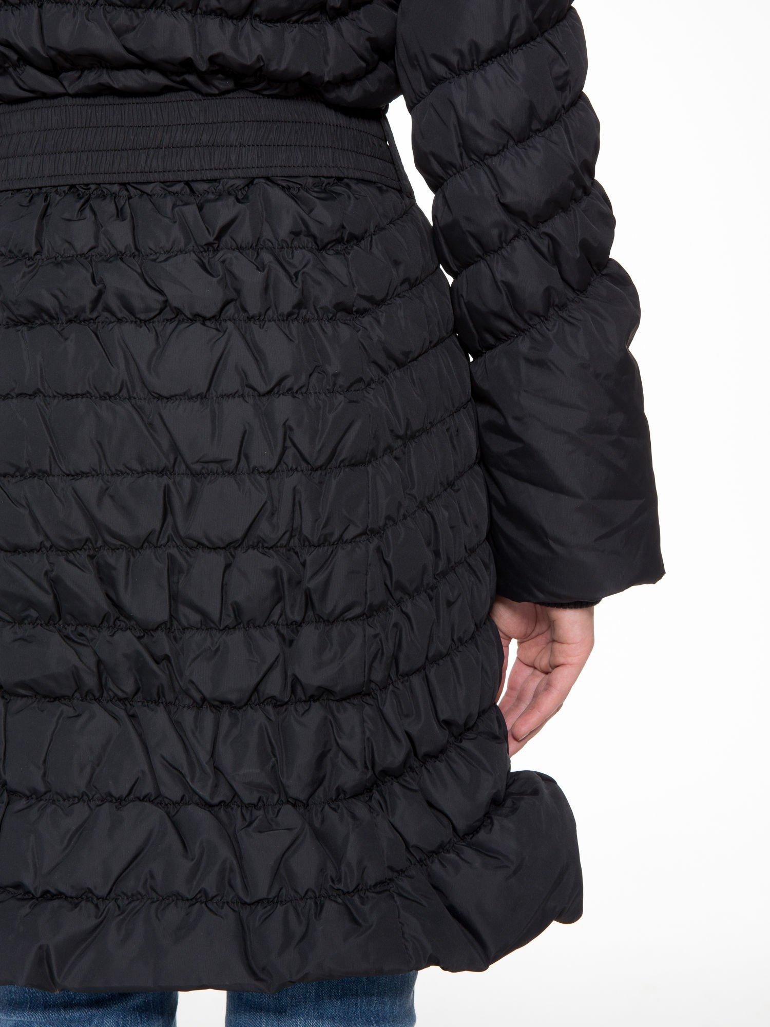 Czarny taliowany puchowy płaszcz z futrzanym kapturo-kołnierzem                                  zdj.                                  10