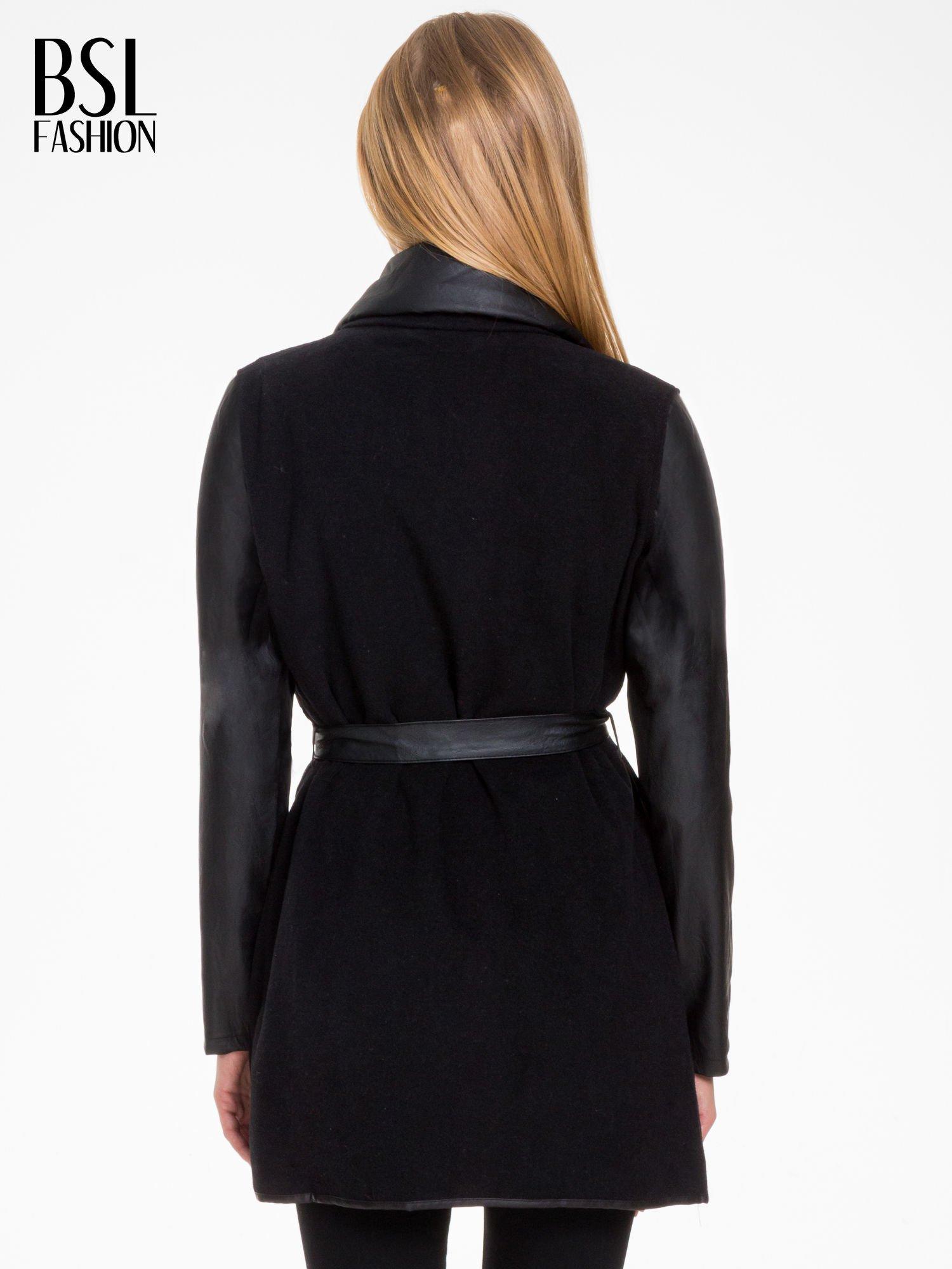 Czarny wełniany płaszcz ze skórzanymi rękawami                                  zdj.                                  4