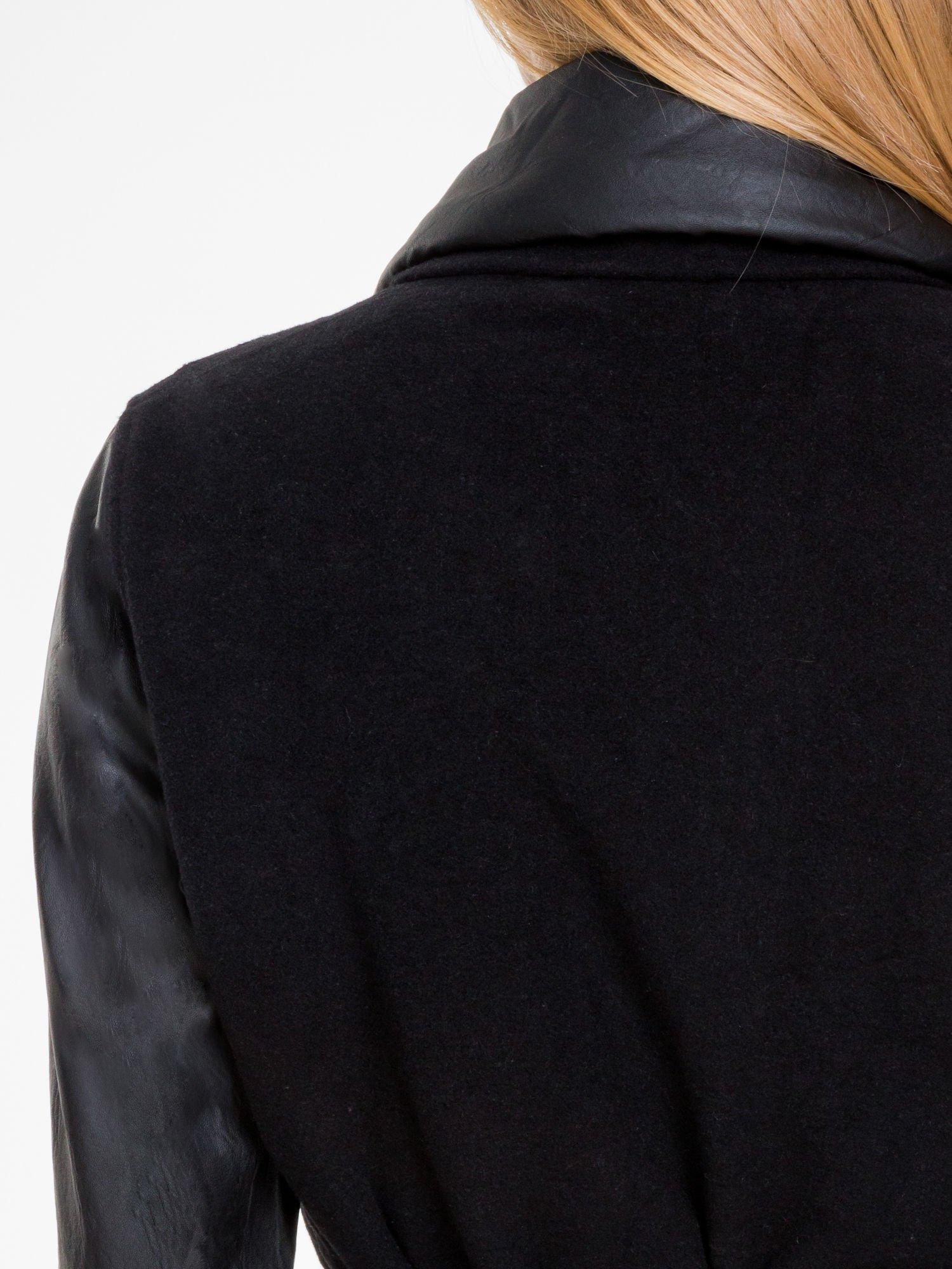 Czarny wełniany płaszcz ze skórzanymi rękawami                                  zdj.                                  5