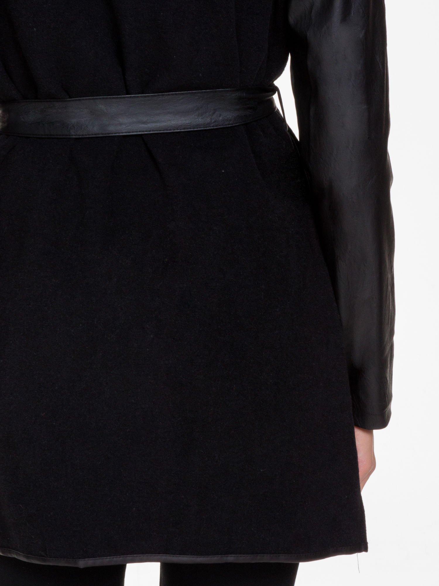 Czarny wełniany płaszcz ze skórzanymi rękawami                                  zdj.                                  6
