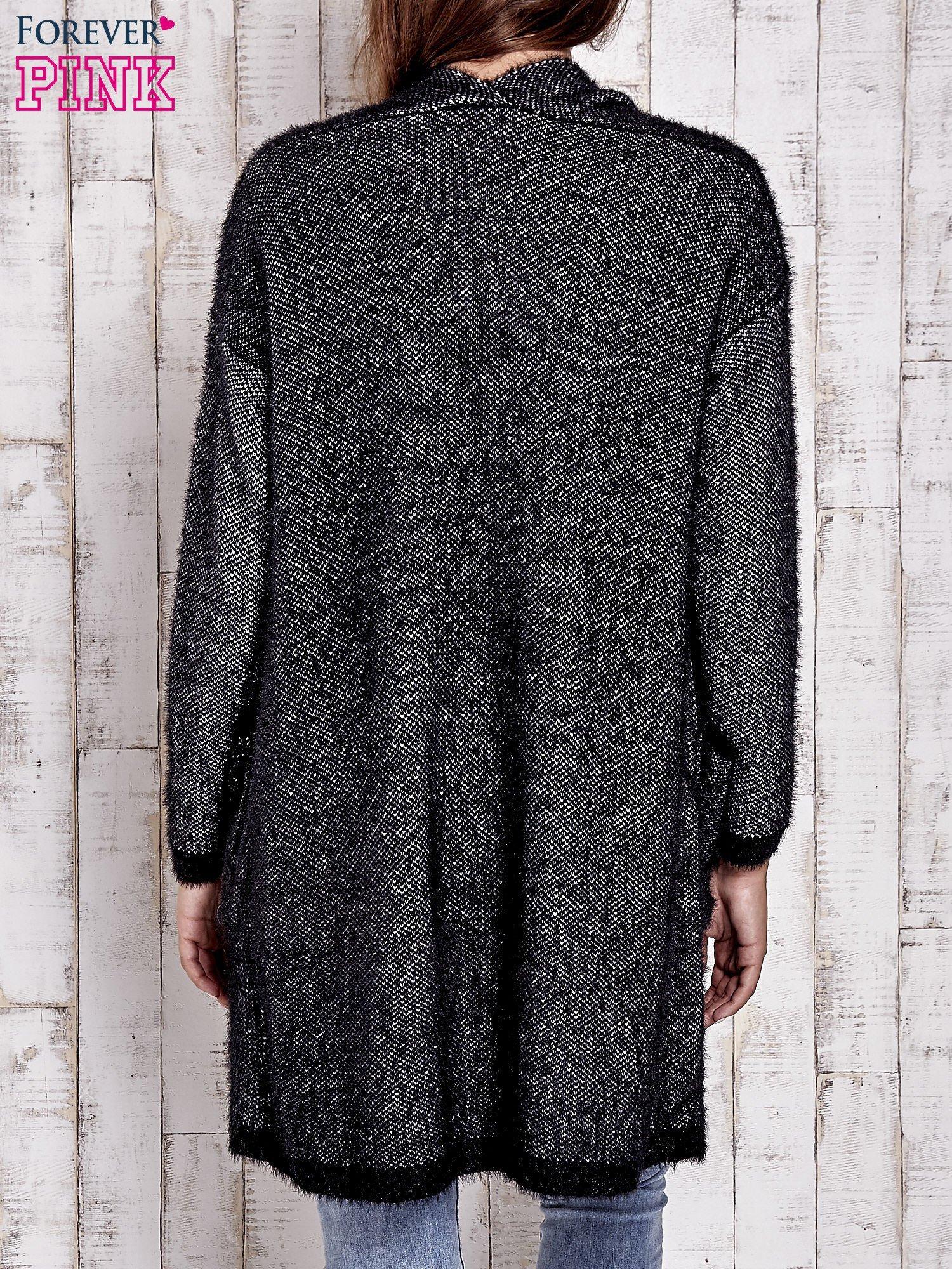 Czarny włochaty sweter z otwartym dekoltem                                  zdj.                                  4