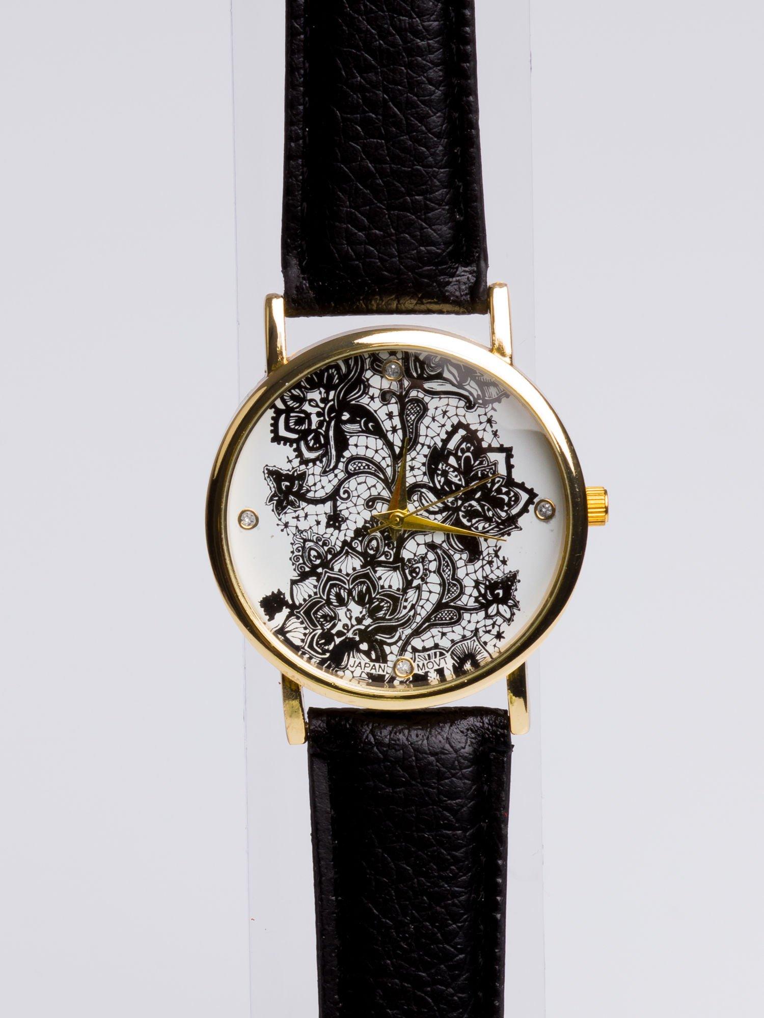 Czarny zegarek damski na skórzanym pasku z motywem koronki                                  zdj.                                  2