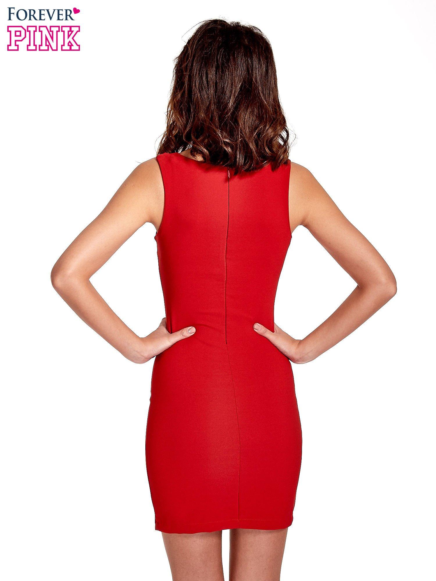 Czerowna sukienka z wycięciem na dekolcie                                  zdj.                                  4