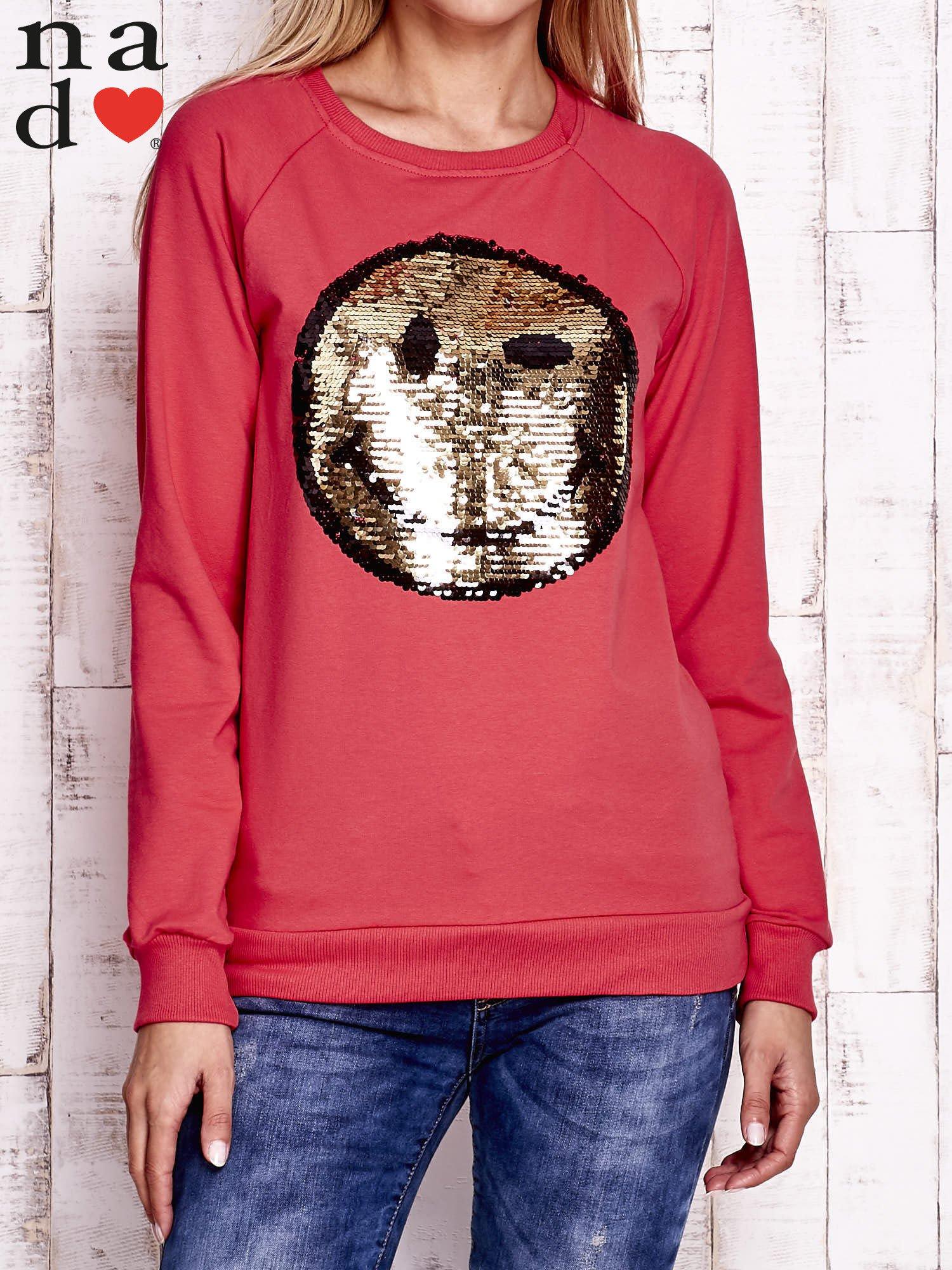 Czerwona bluza z dwustronną naszywką z cekinów                                  zdj.                                  1