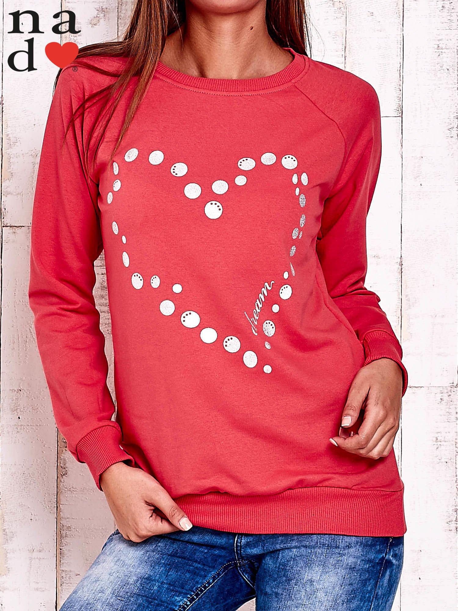 Czerwona bluza z wzorem serca                                  zdj.                                  1