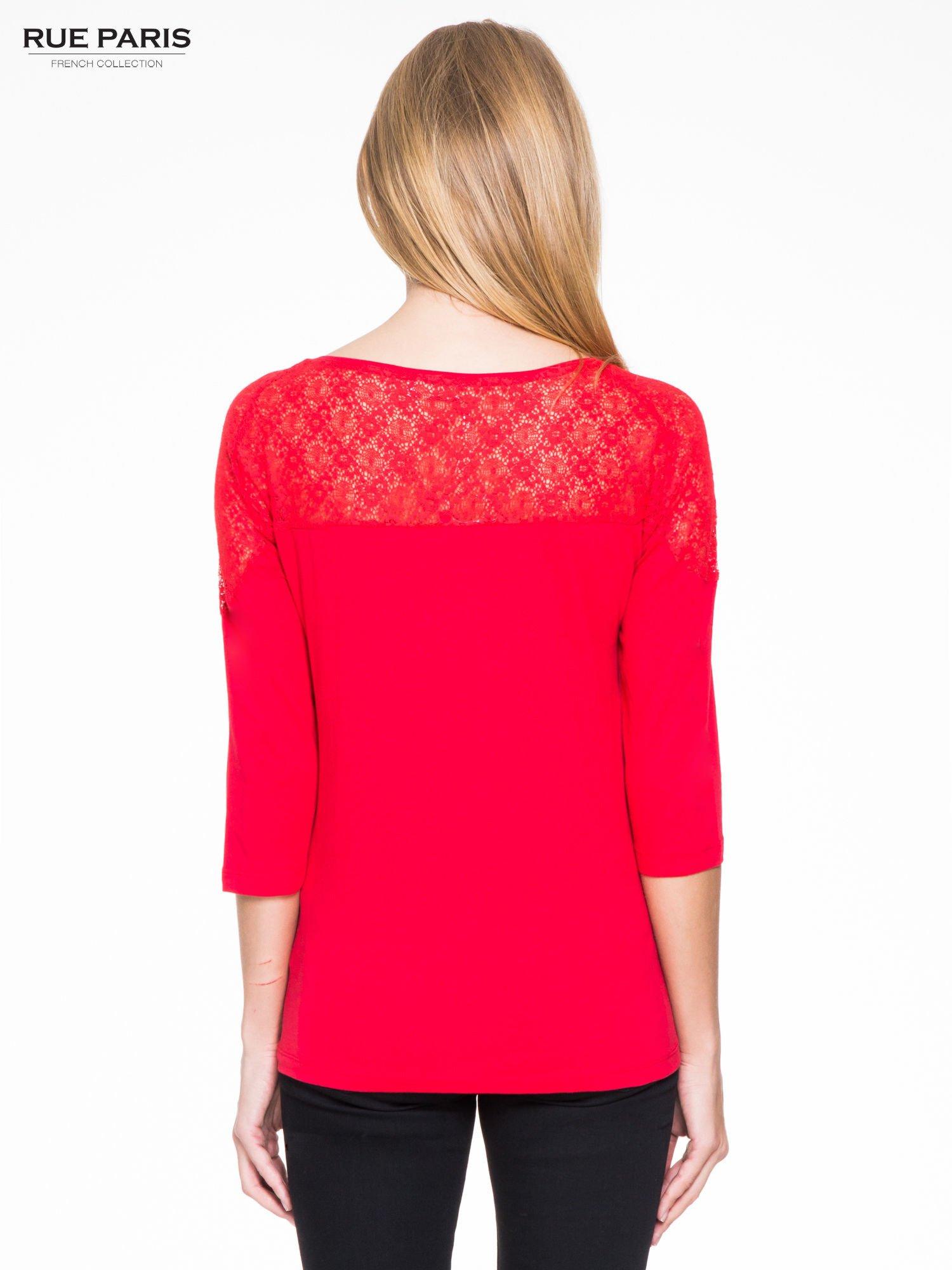 Czerwona bluzka z koronkową wstawką na ramionach                                  zdj.                                  4