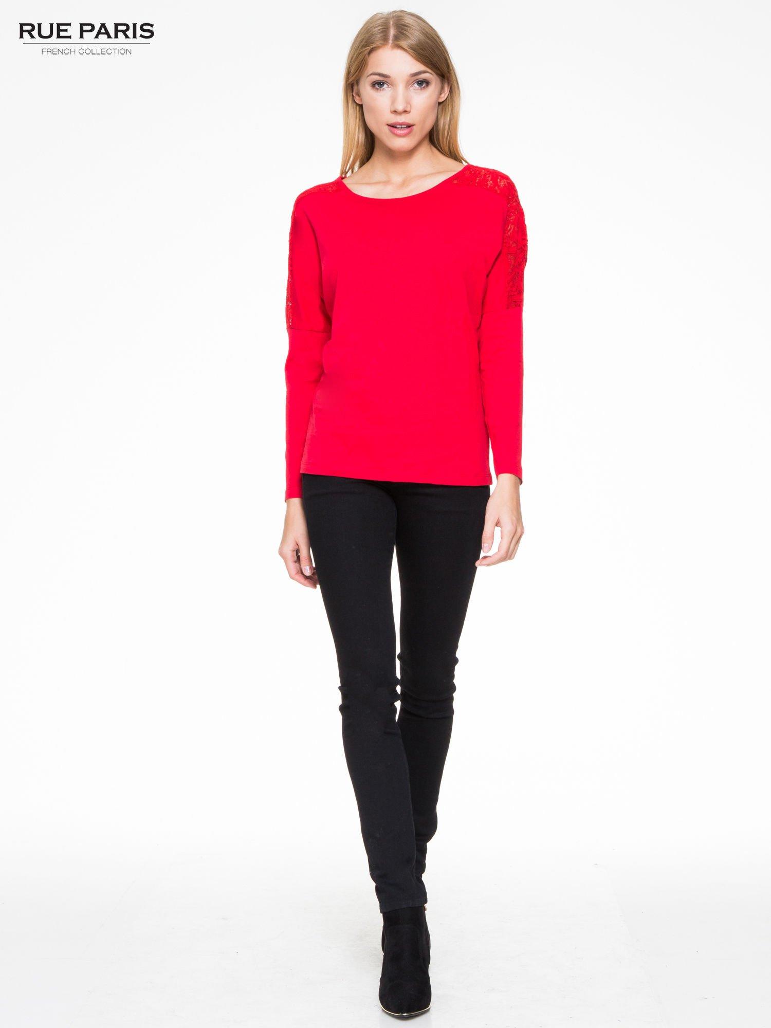 Czerwona bluzka z koronkową wstawką na rękawach i z tyłu                                  zdj.                                  2