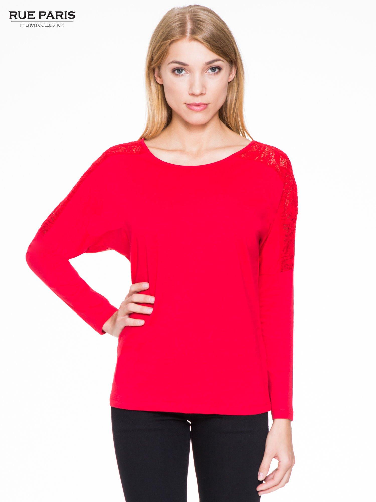 Czerwona bluzka z koronkową wstawką na rękawach i z tyłu                                  zdj.                                  1