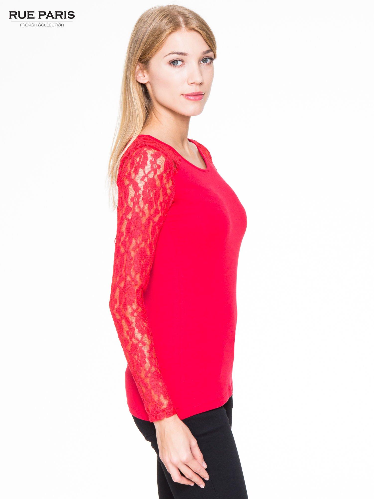 Czerwona bluzka z koronkowymi rękawami                                  zdj.                                  3