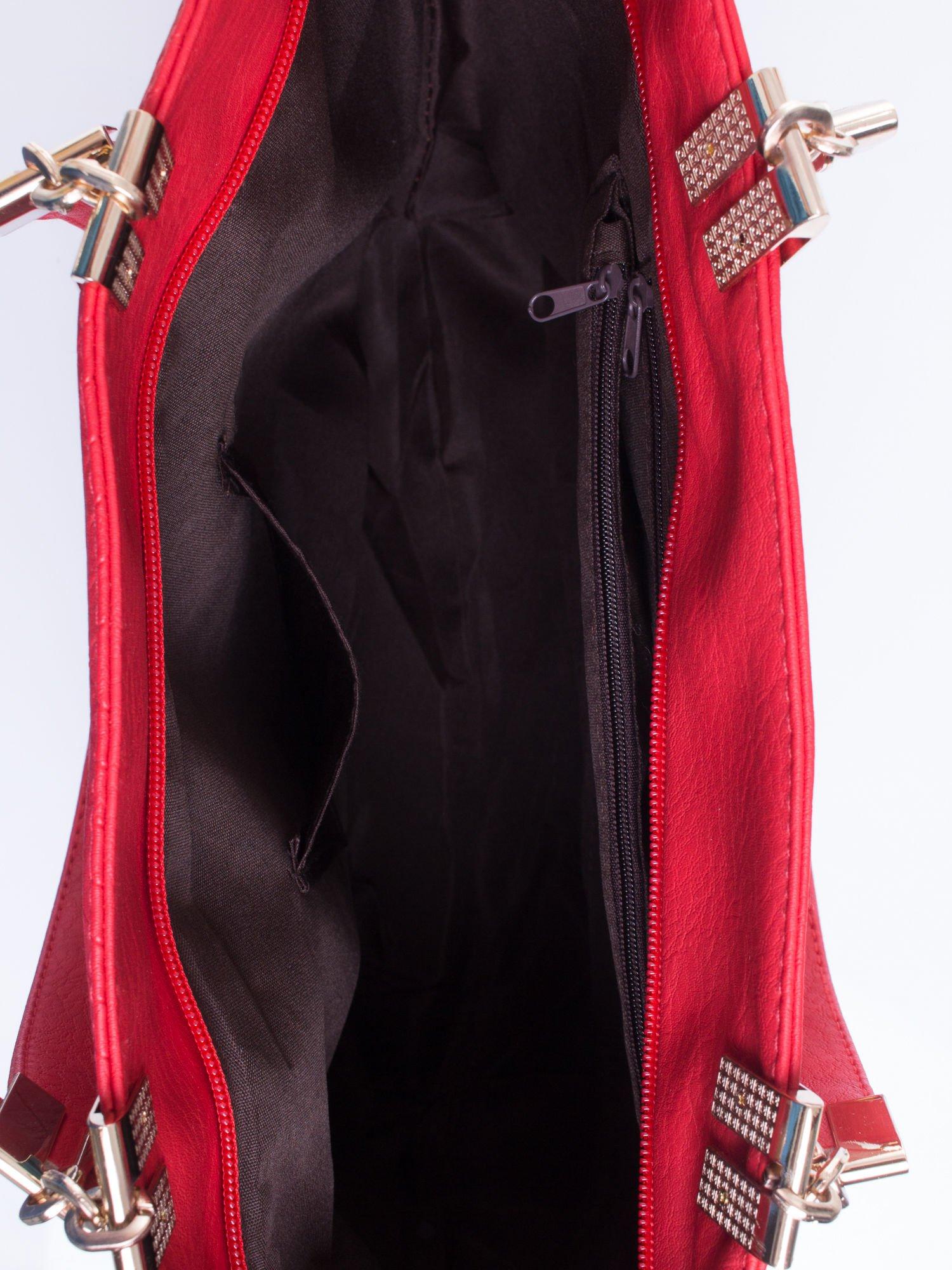 Czerwona fakturowana torebka damska ze złotymi okuciami                                  zdj.                                  5