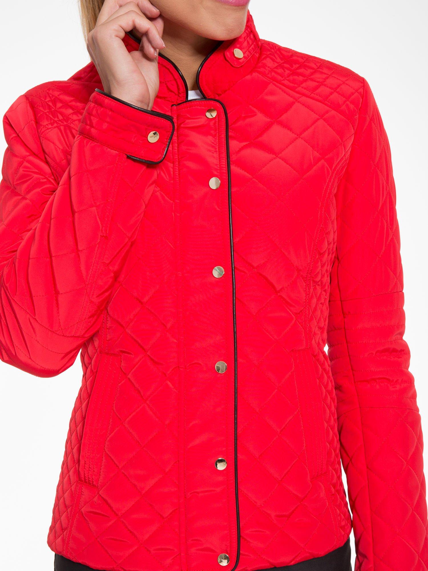 Czerwona pikowana kurtka ze skórzaną lamówką                                  zdj.                                  9