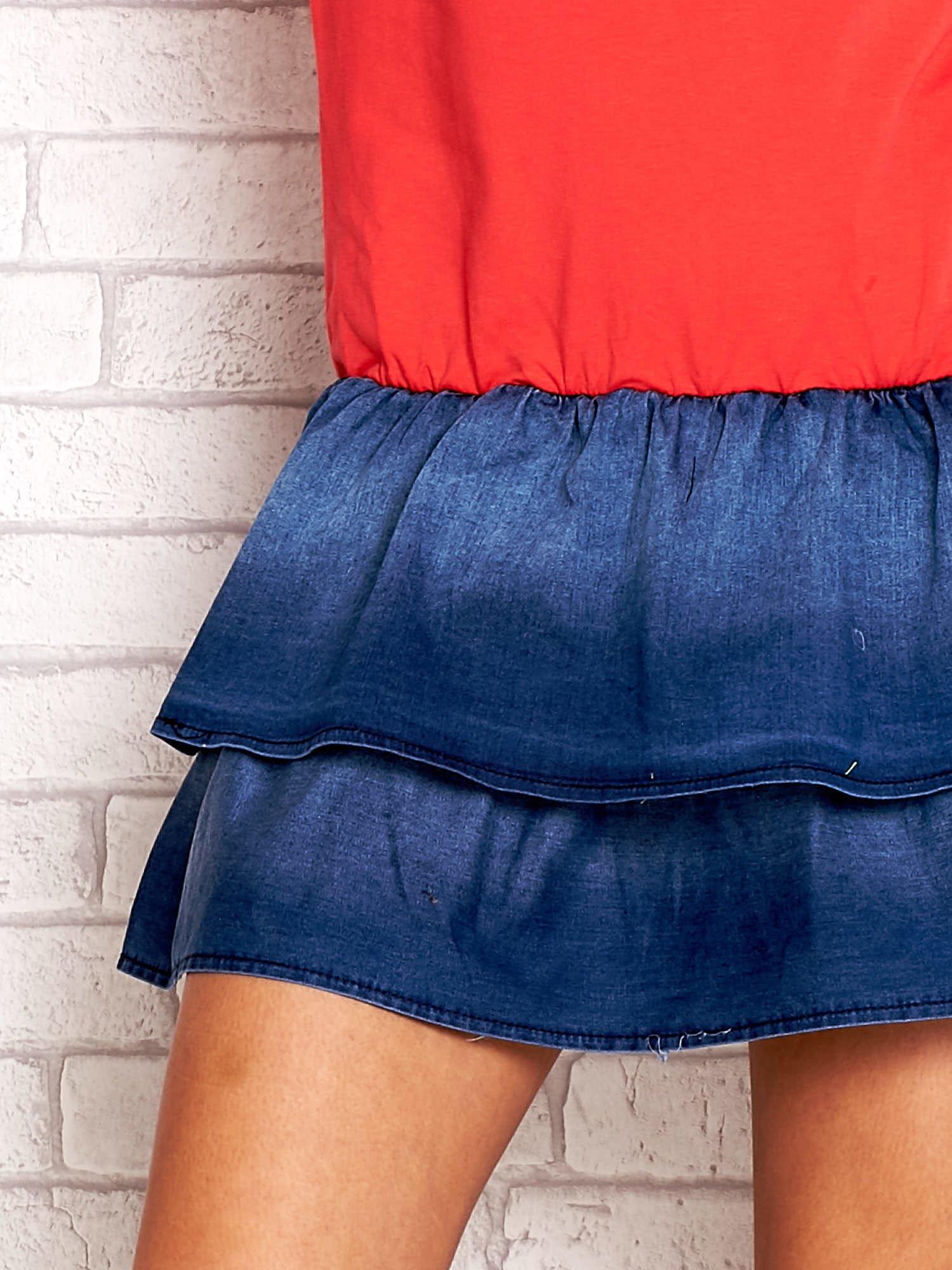 Czerwona sukienka dresowa z jeansowym dołem                                  zdj.                                  5