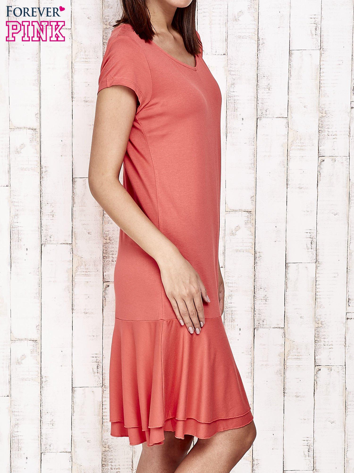 Czerwona sukienka dresowa z ozdobną falbaną                                  zdj.                                  3