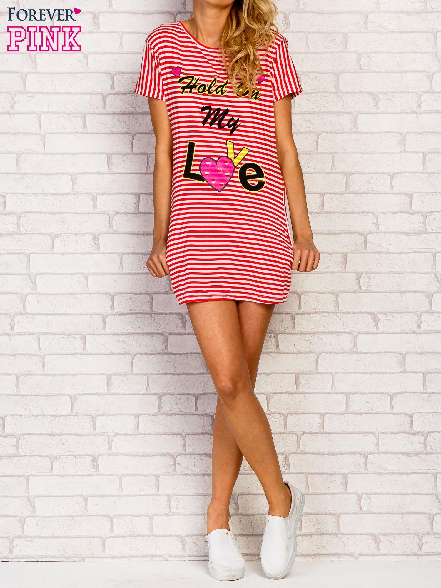 Czerwona sukienka paski z napisem HOLD ON MY LOVE                                   zdj.                                  2