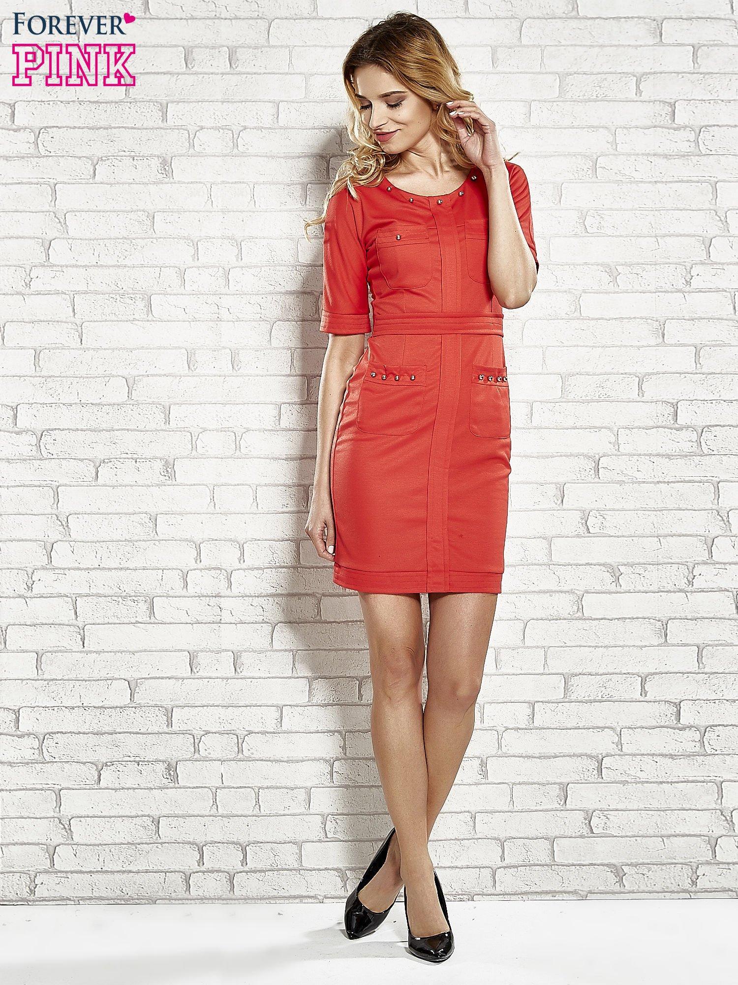 Czerwona sukienka z aplikacją na kieszeniach                                  zdj.                                  3
