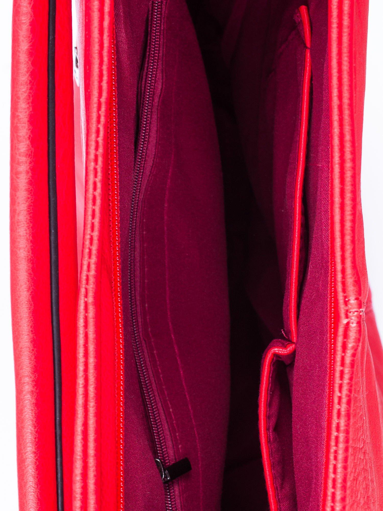 Czerwona torba hobo z suwakami po bokach                                  zdj.                                  4