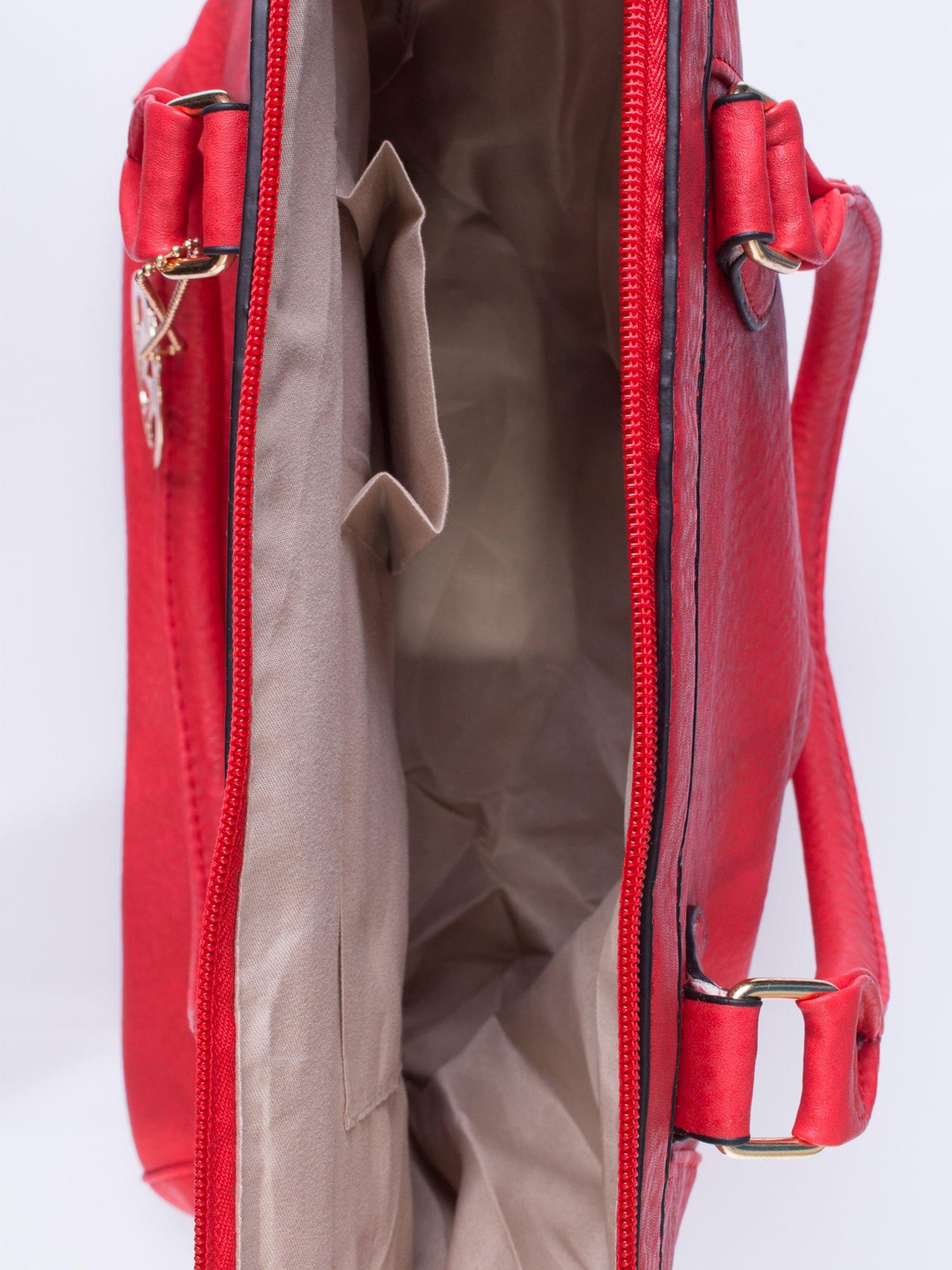 Czerwona torba miejska ze złotą zaiweszką                                  zdj.                                  4