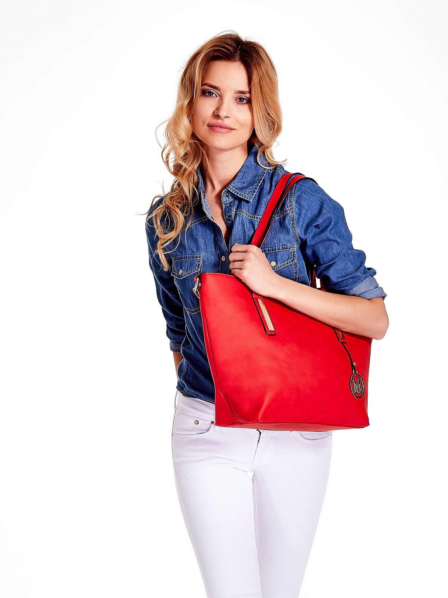 Czerwona torba na ramię ze złotym emblematem                                  zdj.                                  6