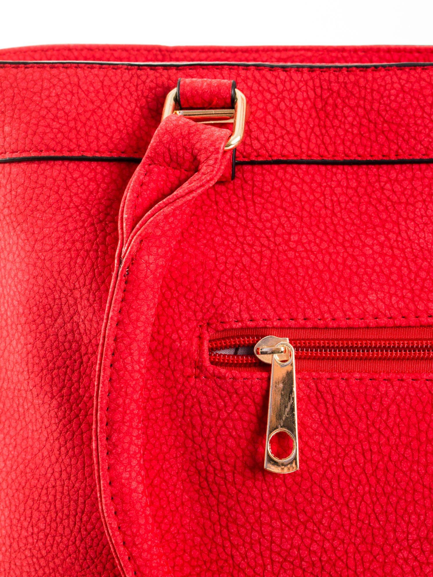 Czerwona torba na ramię ze złotymi okuciami                                  zdj.                                  7