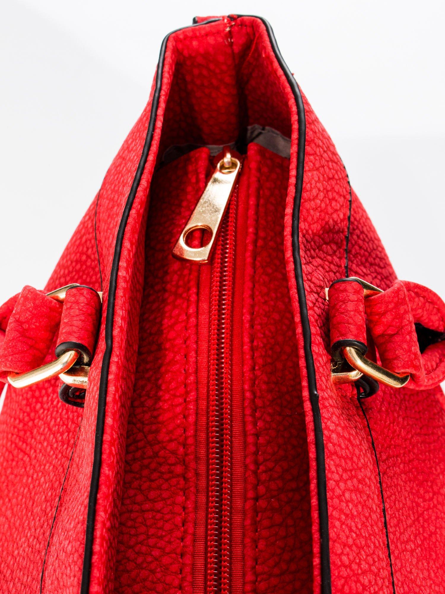Czerwona torba na ramię ze złotymi okuciami                                  zdj.                                  9