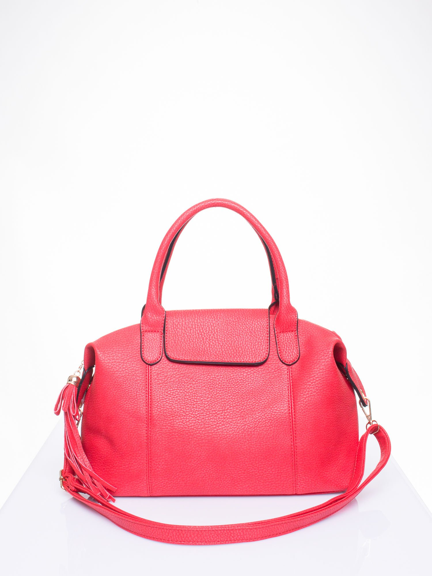 Czerwona torba z klapką i odpinanym paskiem                                  zdj.                                  1