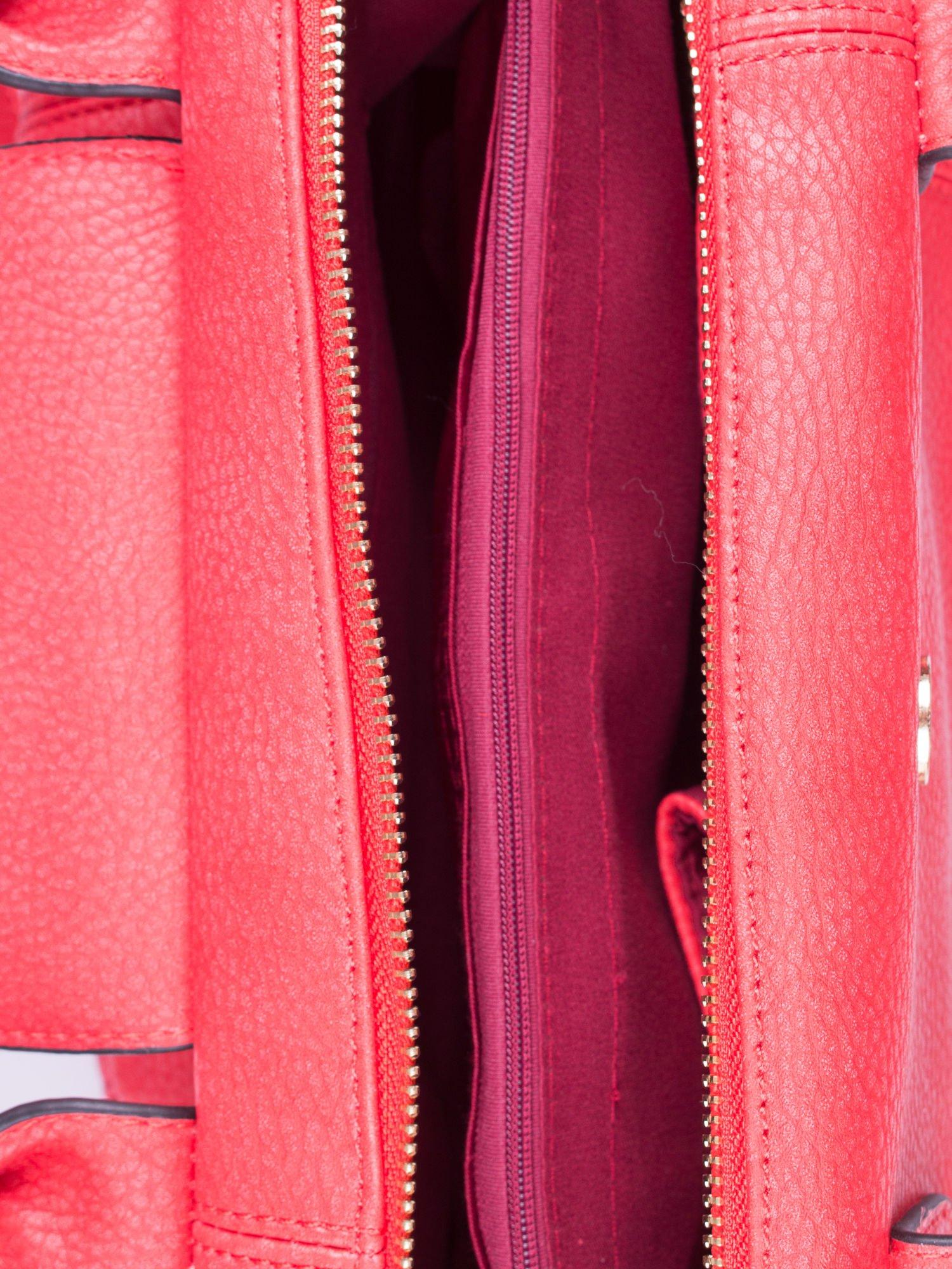 Czerwona torba z klapką i odpinanym paskiem                                  zdj.                                  4