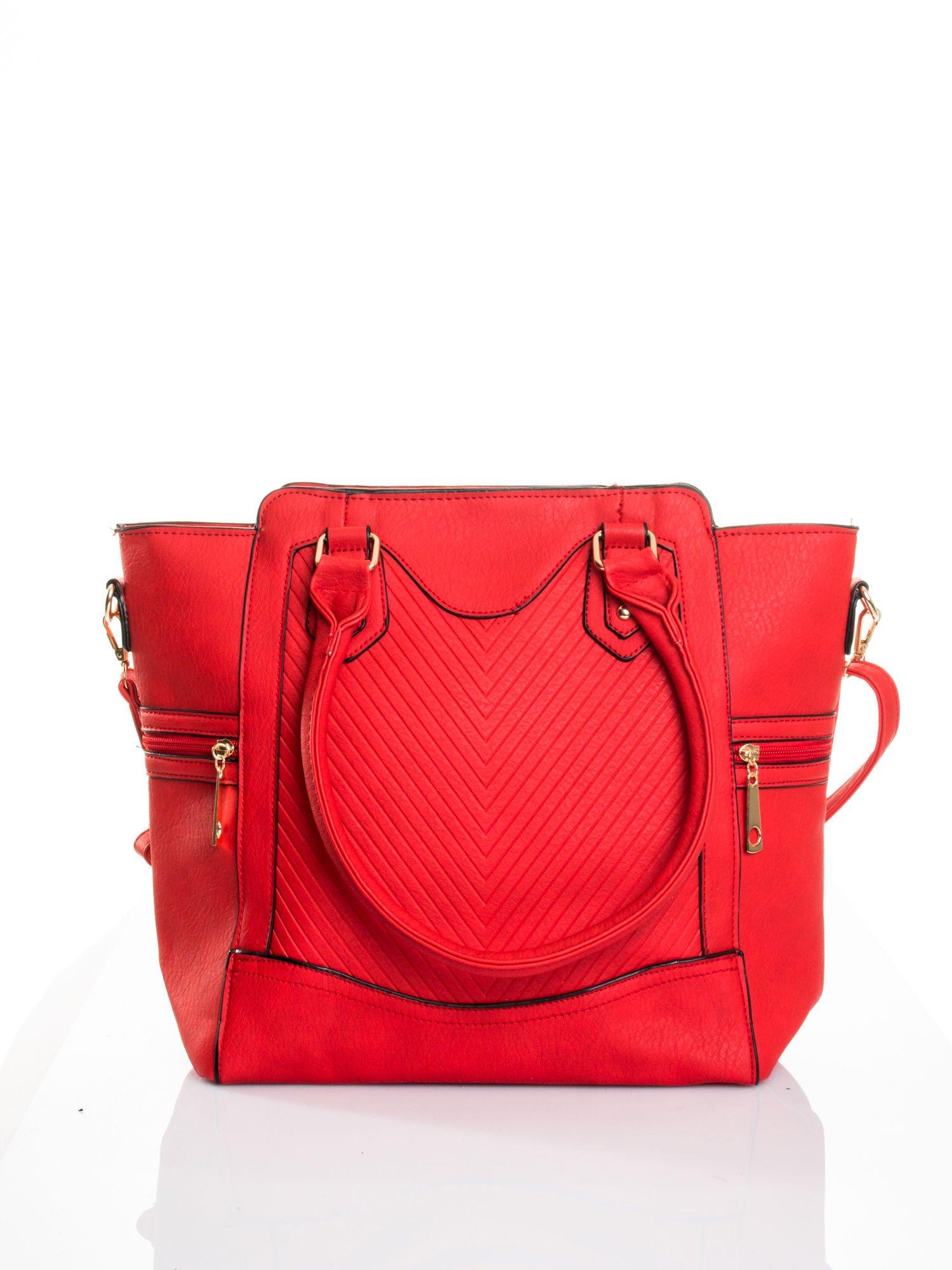 Czerwona torba ze złotymi wykończeniami                                  zdj.                                  1